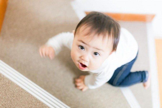階段を昇る赤ちゃん