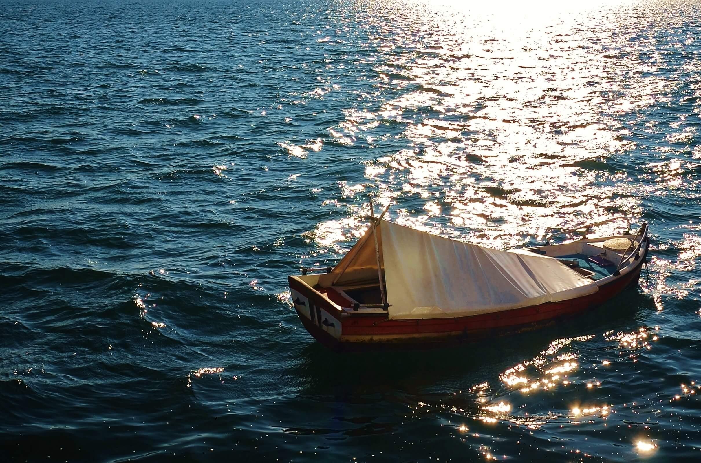 海に浮かぶ小舟