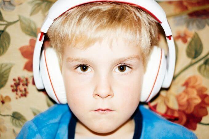 音楽を聴く男の子