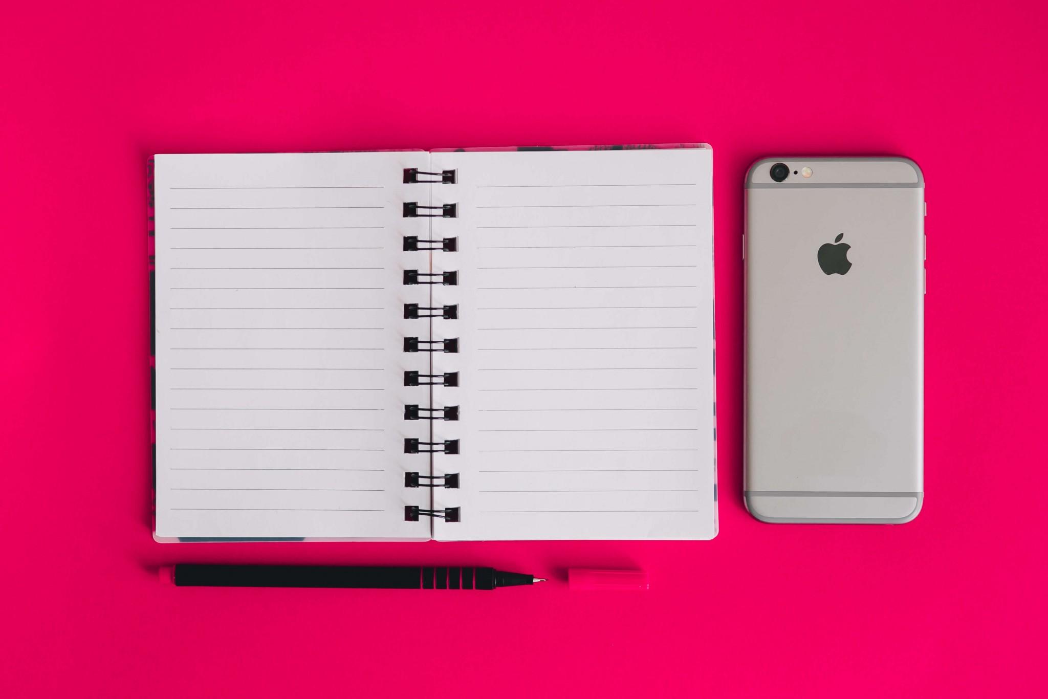 ノートとペンとスマートフォン