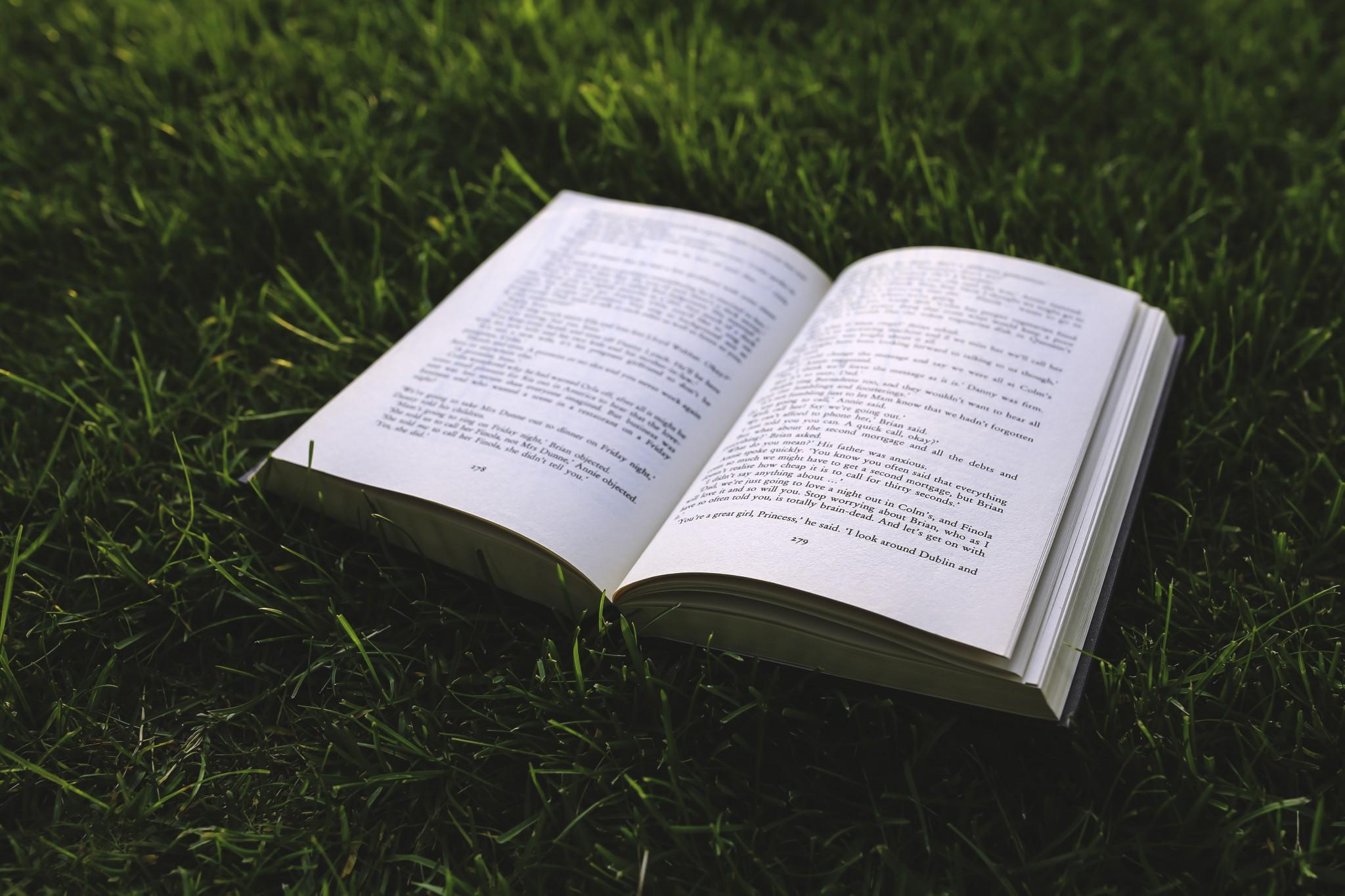 芝生に置かれた本