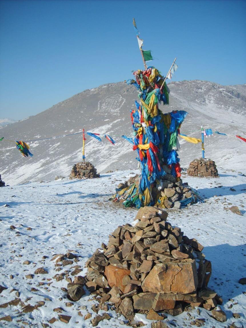 モンゴルの聖地に立てられた旗印