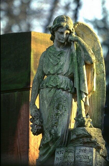 考えこむ天使の彫像
