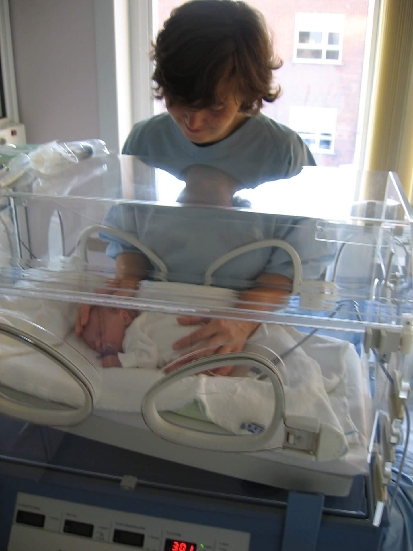 保育器のなかの赤ちゃん