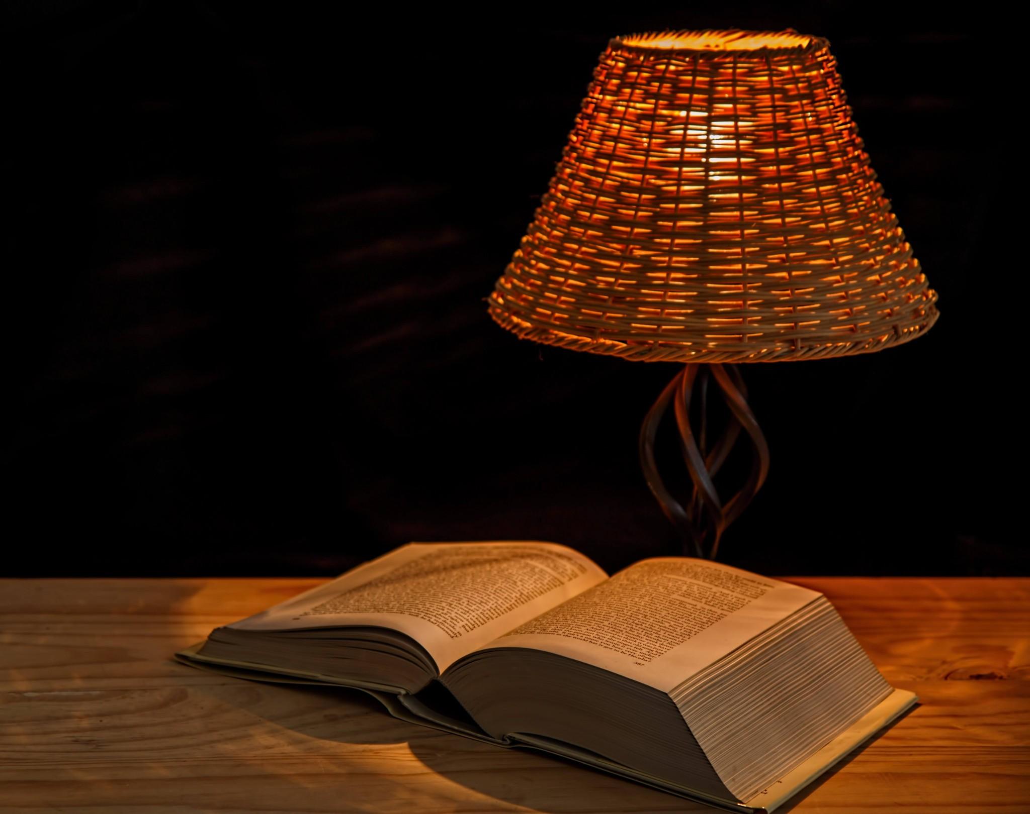 明かりに照らされた本