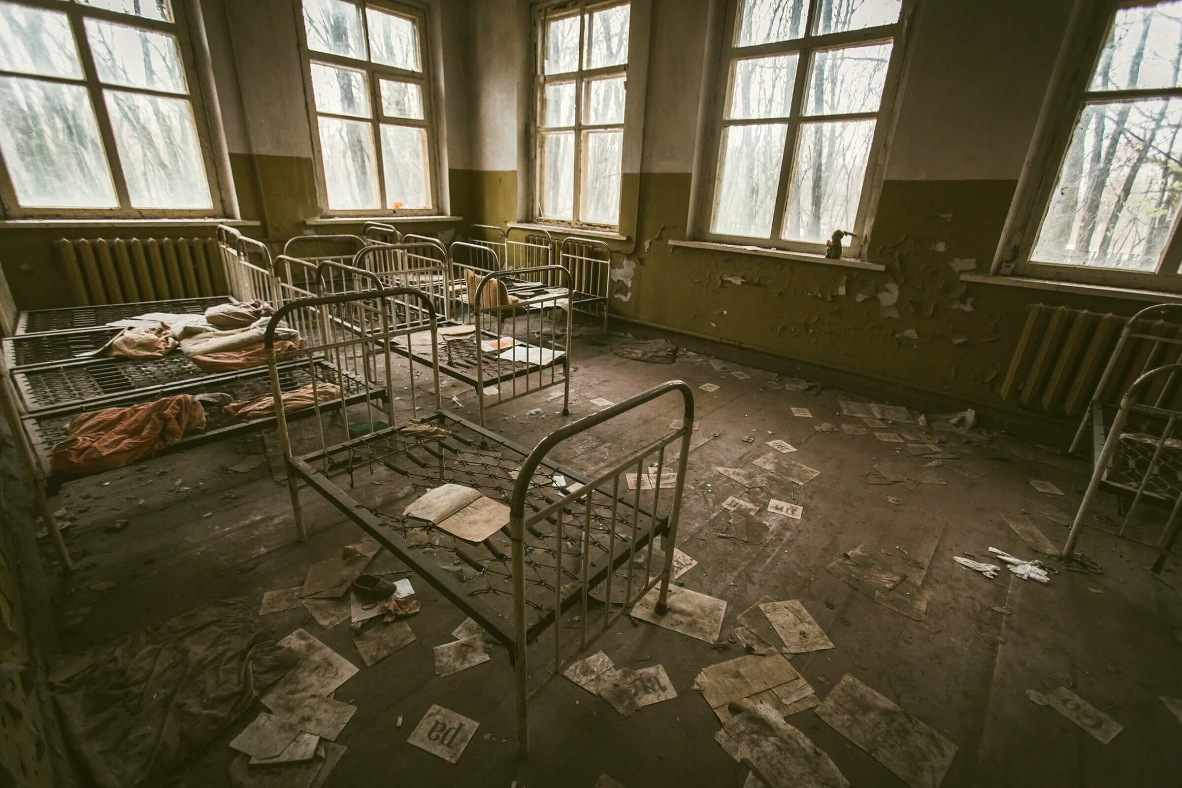 散らかった誰もいない部屋