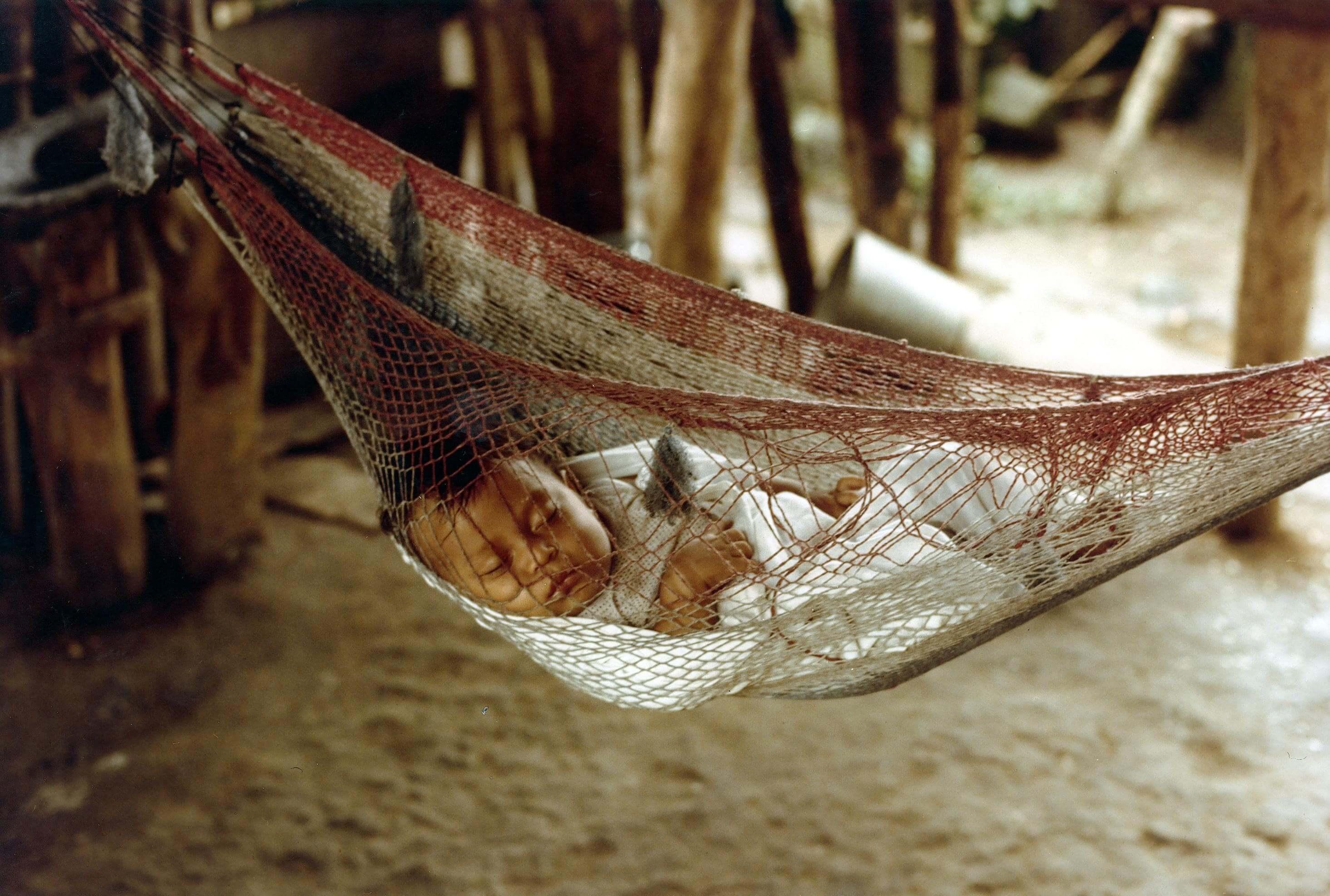ハンモックで眠るホンデュラスの赤ちゃん