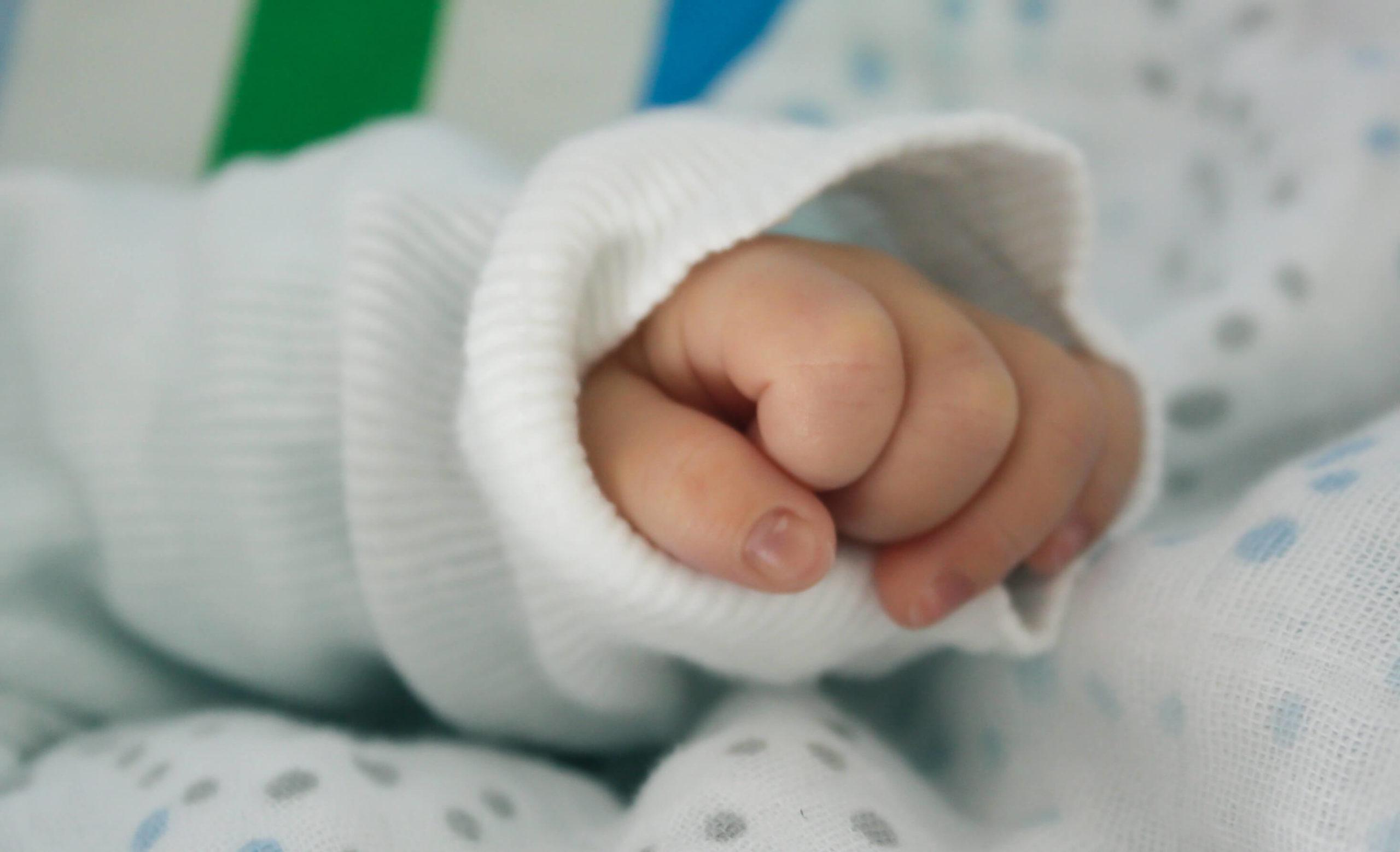 赤ちゃんの握り拳
