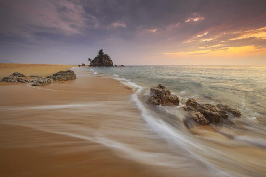 夕暮れに波打つ海