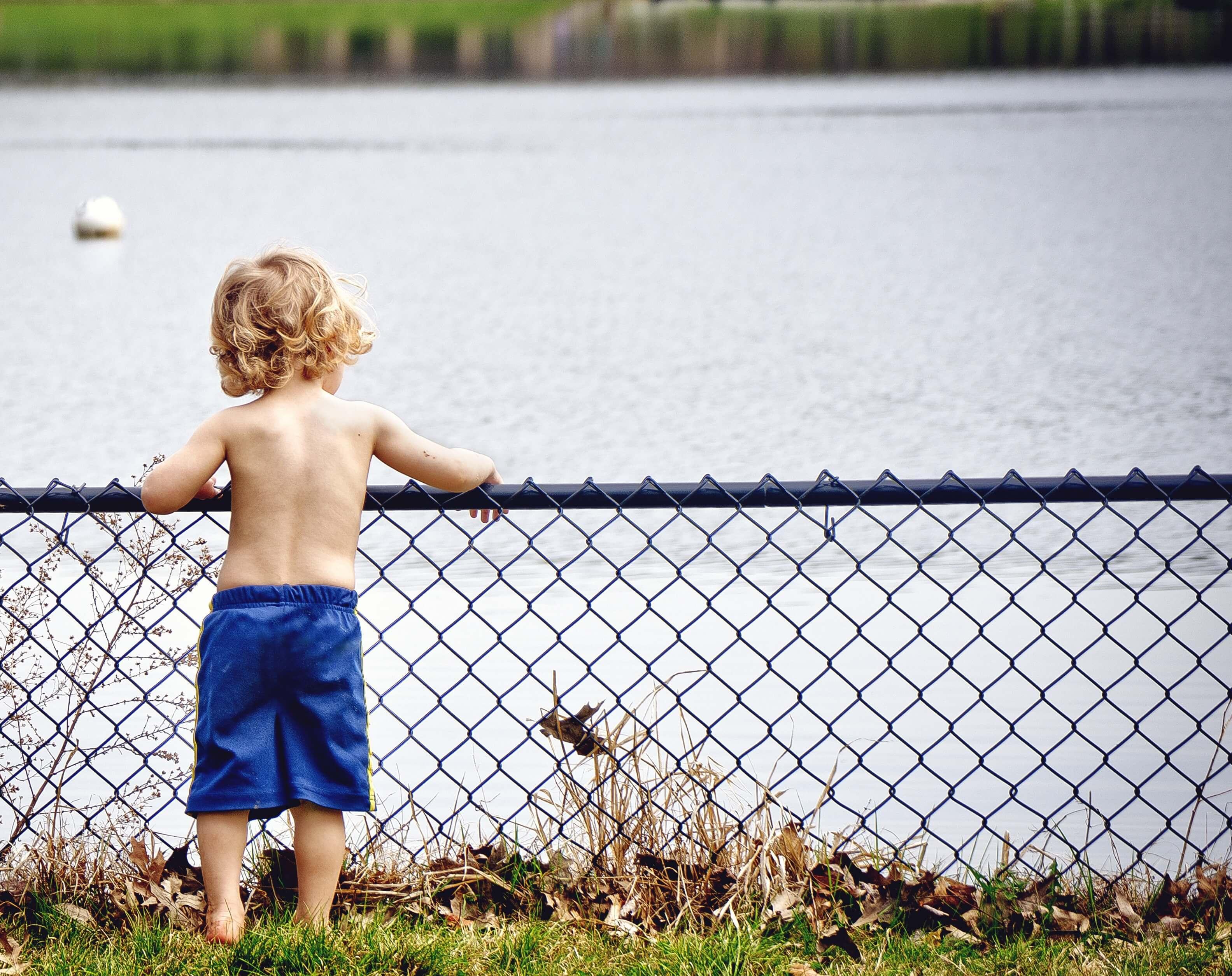 川を見つめる男の子