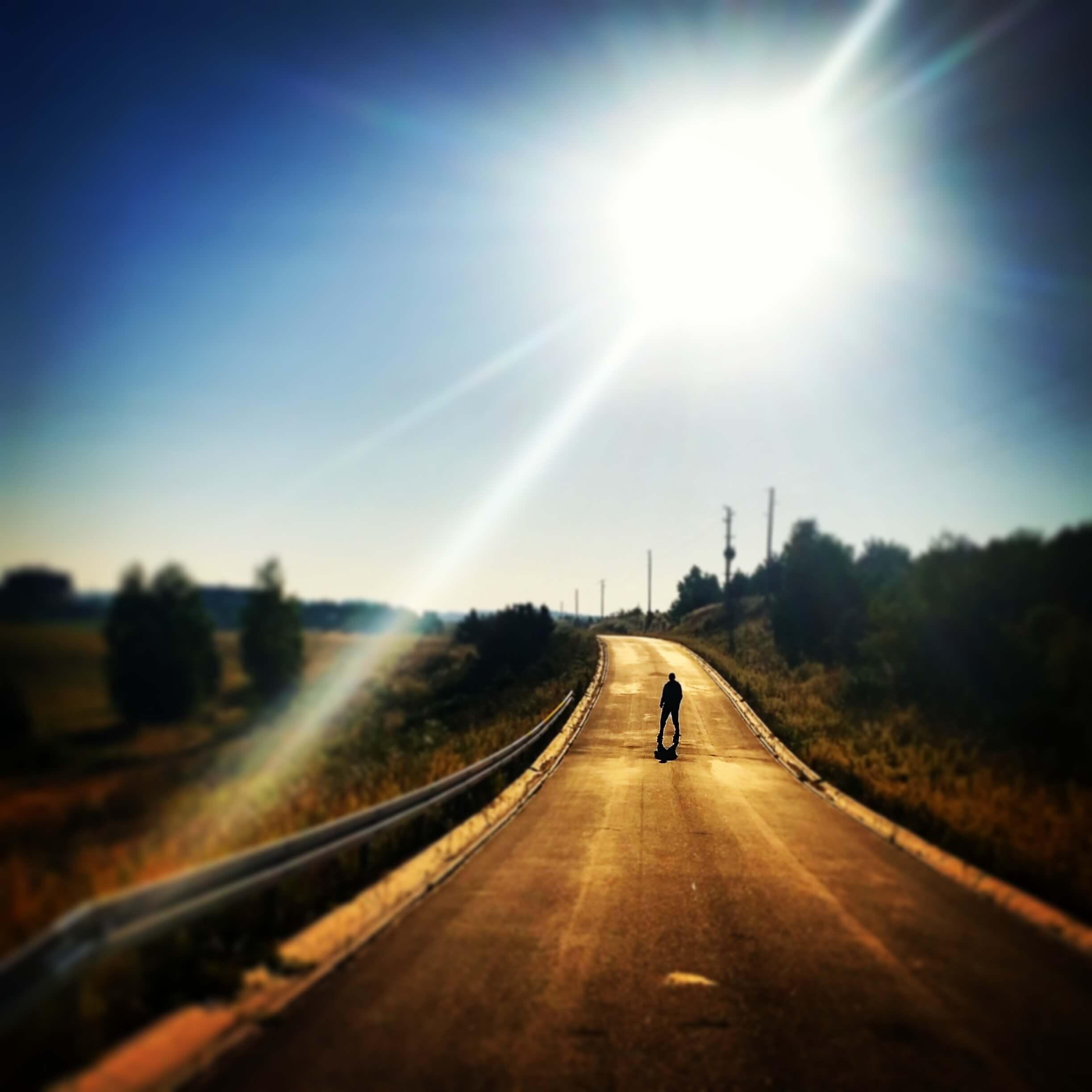 陽に照らされた道