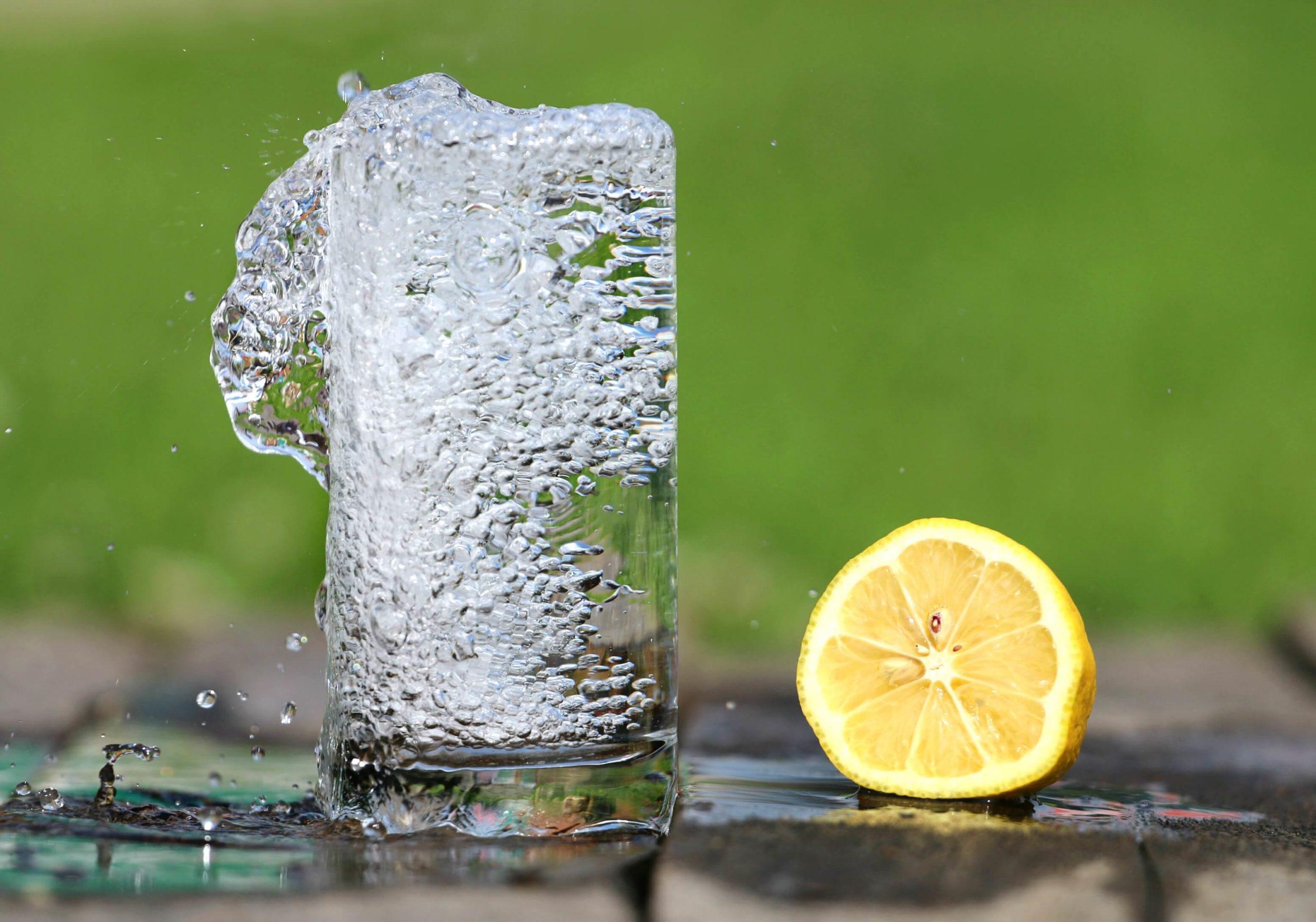 水とレモン