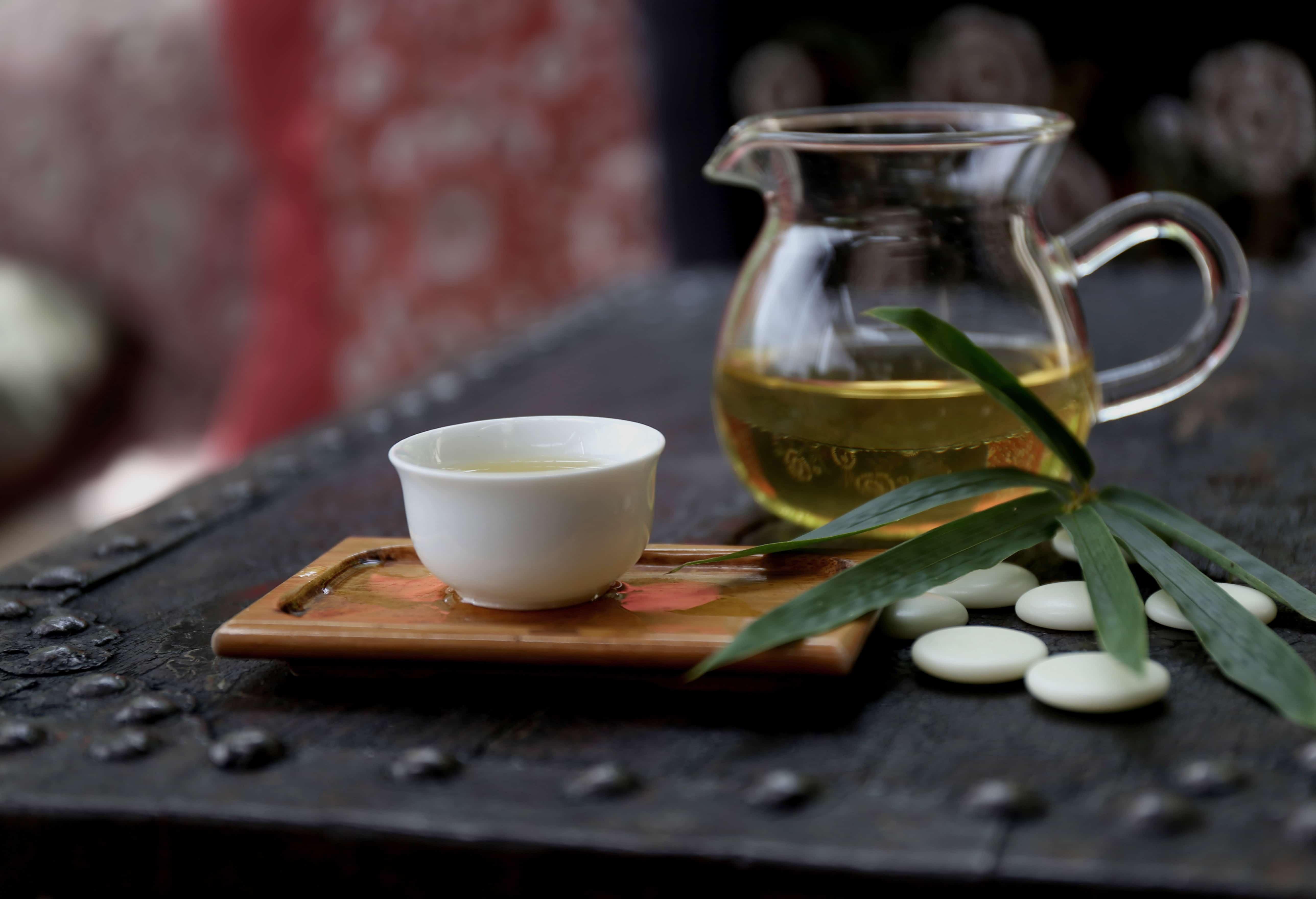 お茶とガラスのティーポット