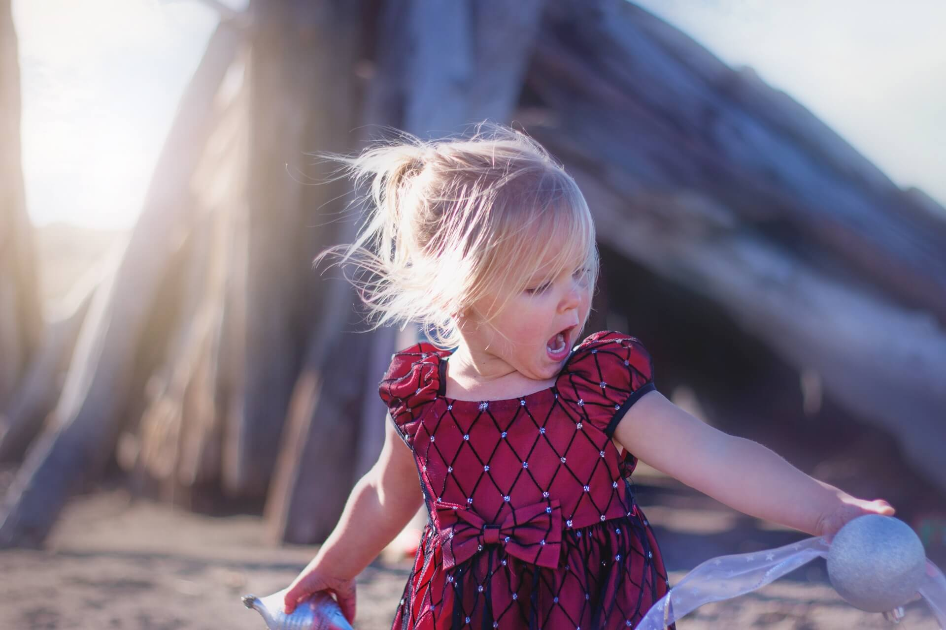 浜辺で叫ぶ女の子
