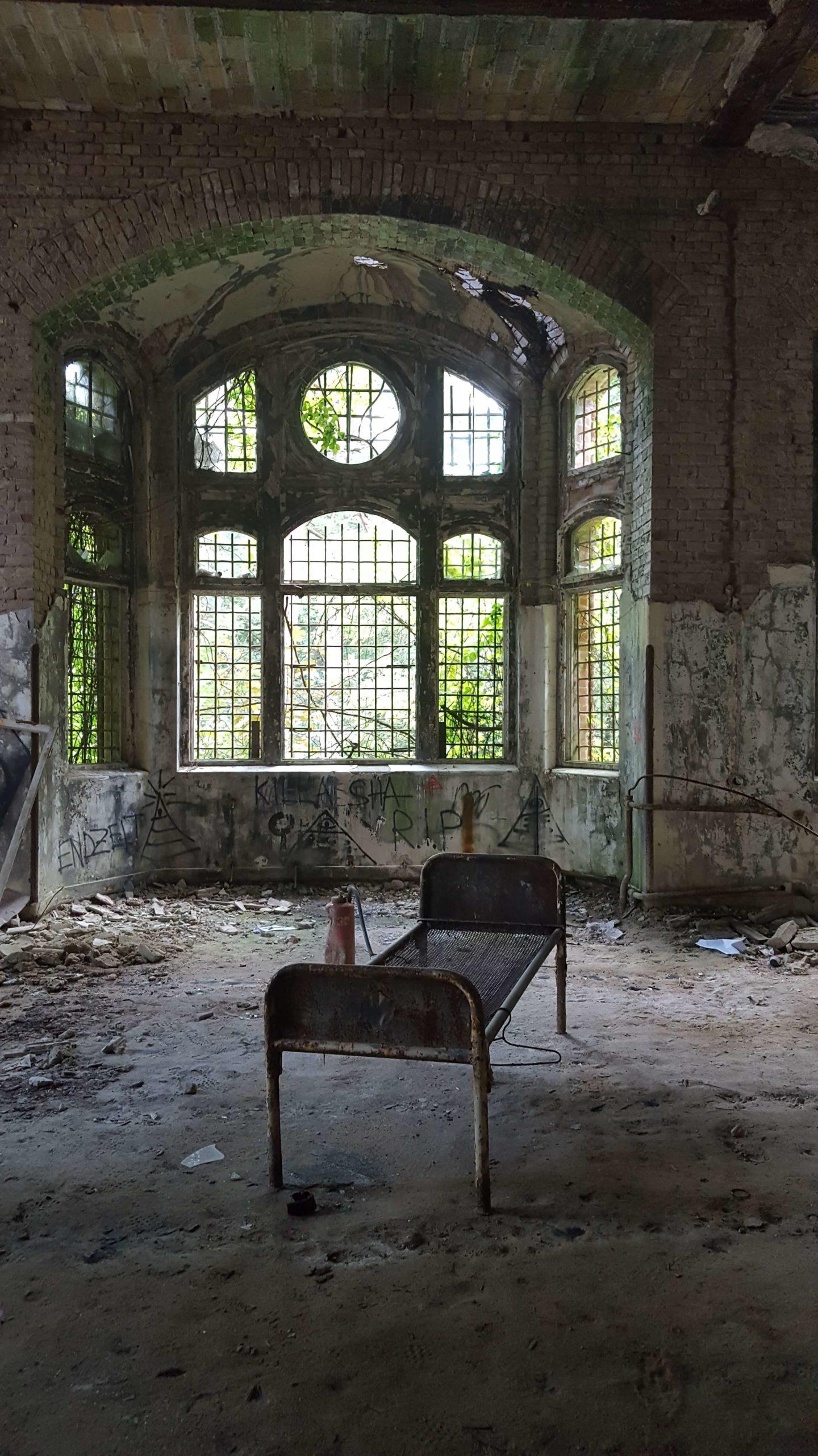 廃墟に棄てられたベッド