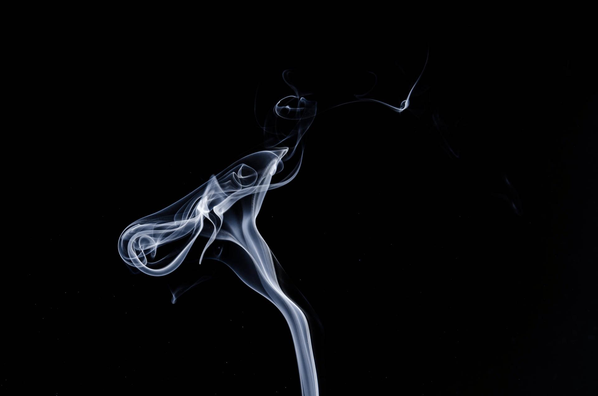 ゆらゆら揺れる煙