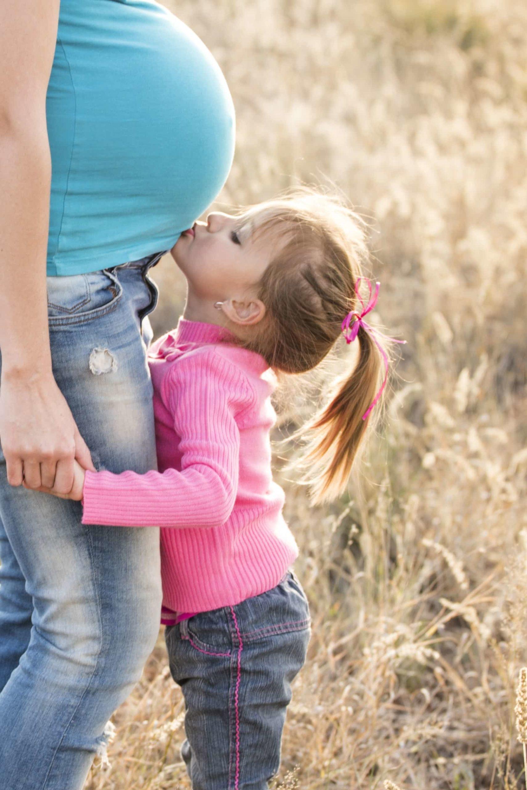 お母さんのお腹にキスする女の子