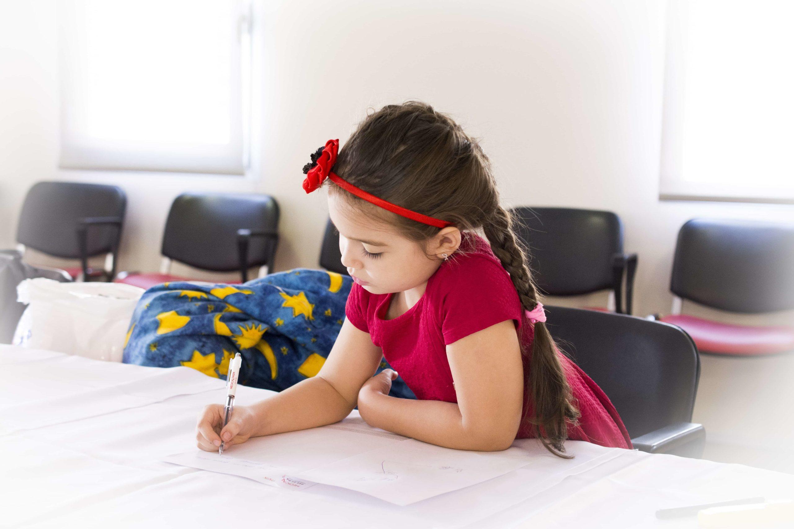 想いを書いている女の子
