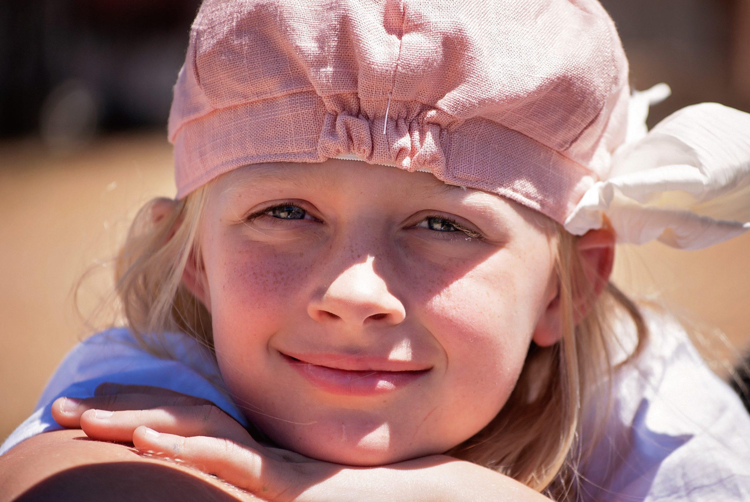 慈愛深い笑顔を浮かべた女の子