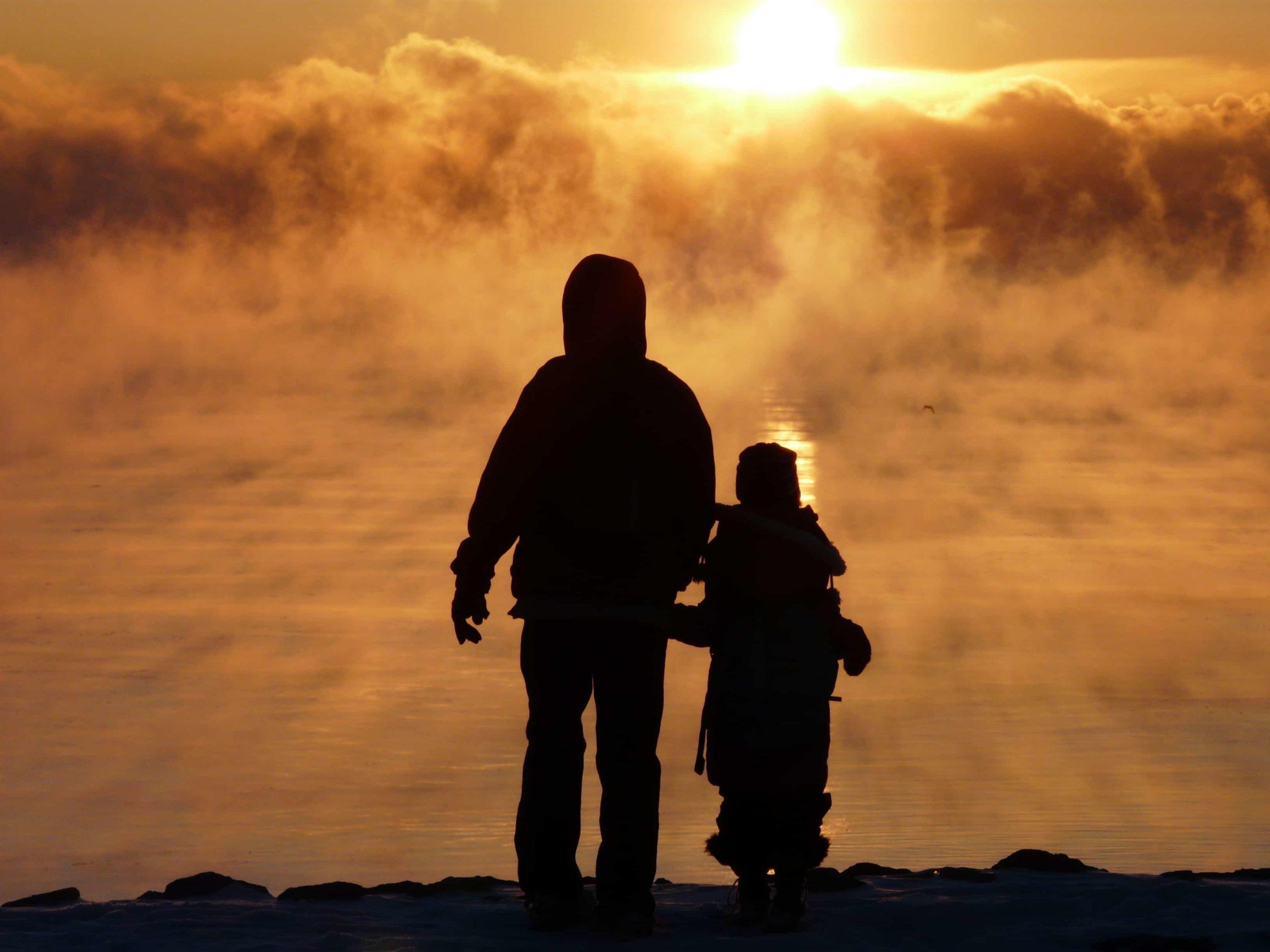 日に照らされた父親と息子の影
