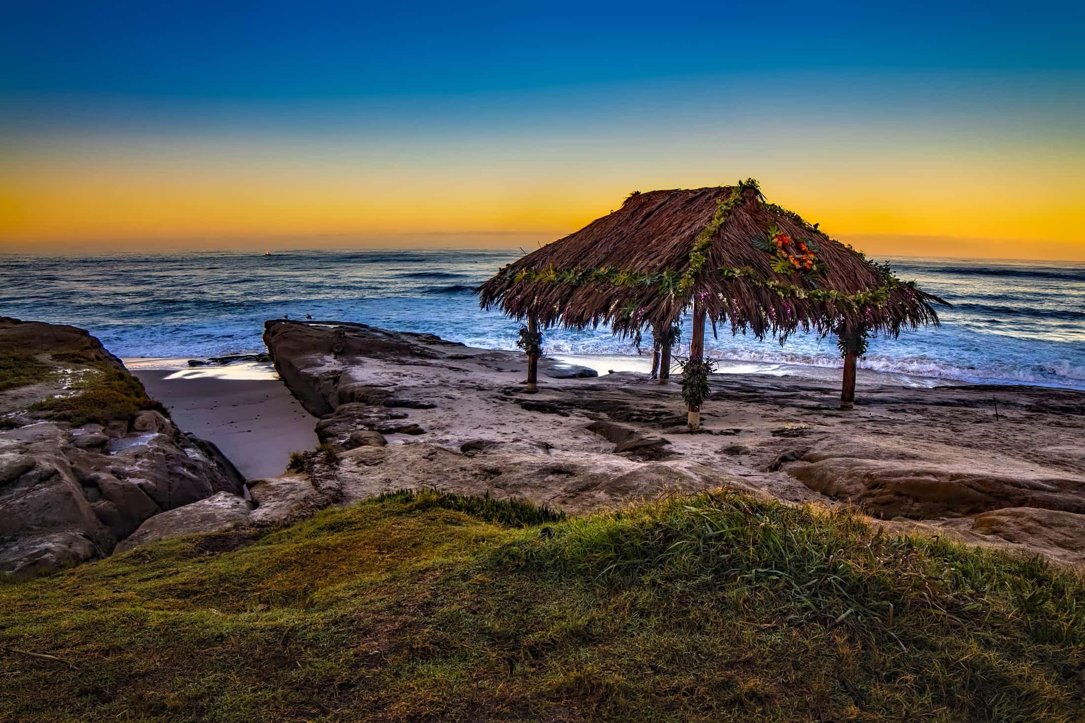 海の傍の岩に立つ仮小屋