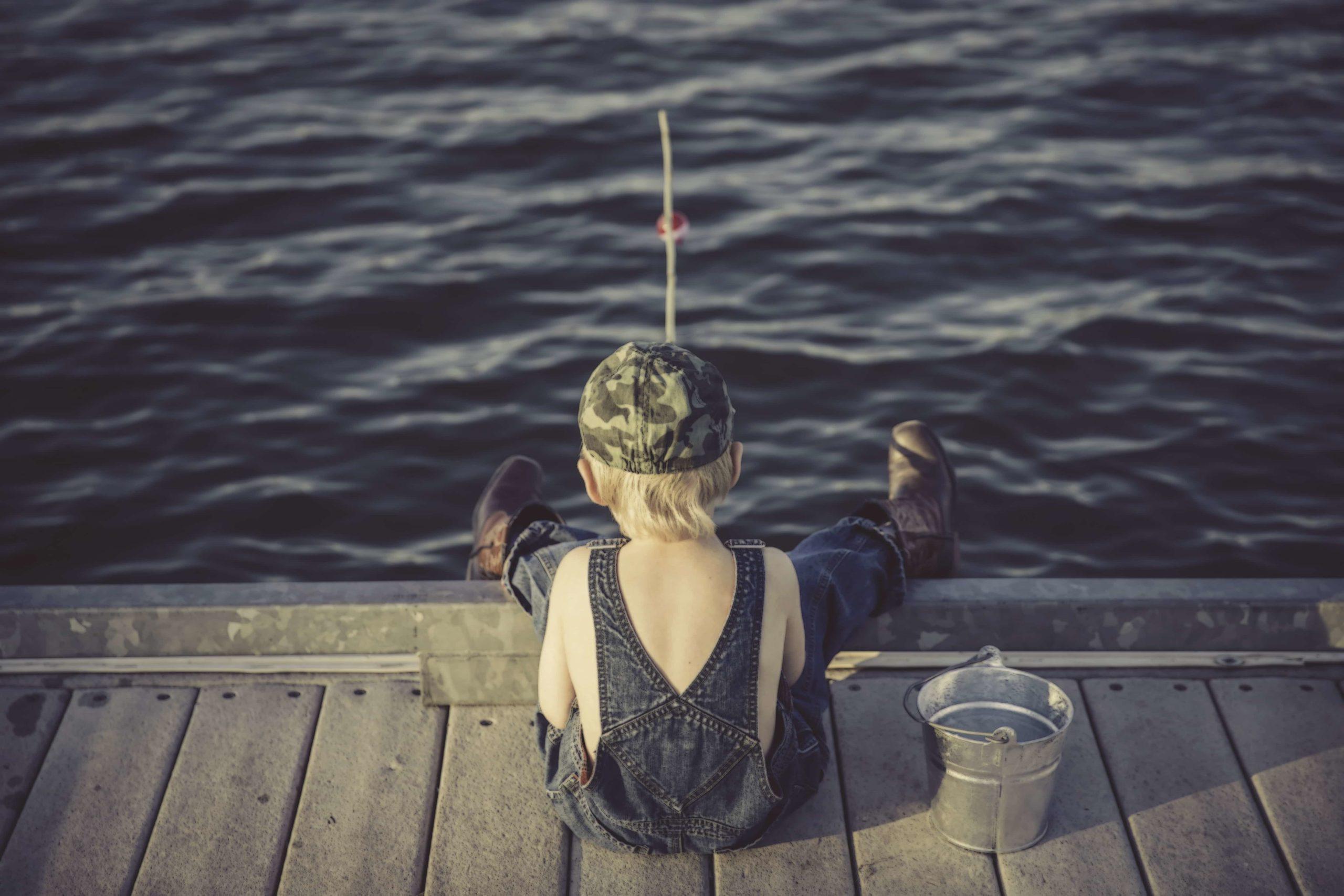 海で釣りをする男の子