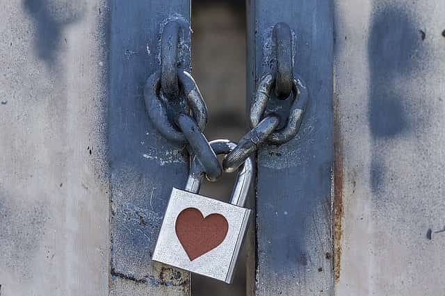 ハート型の鍵で閉じられたドア