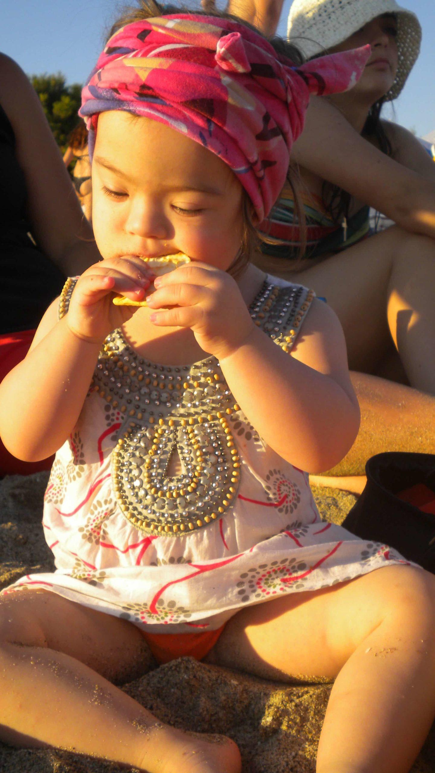 なにかを食べるダウン症の女の子