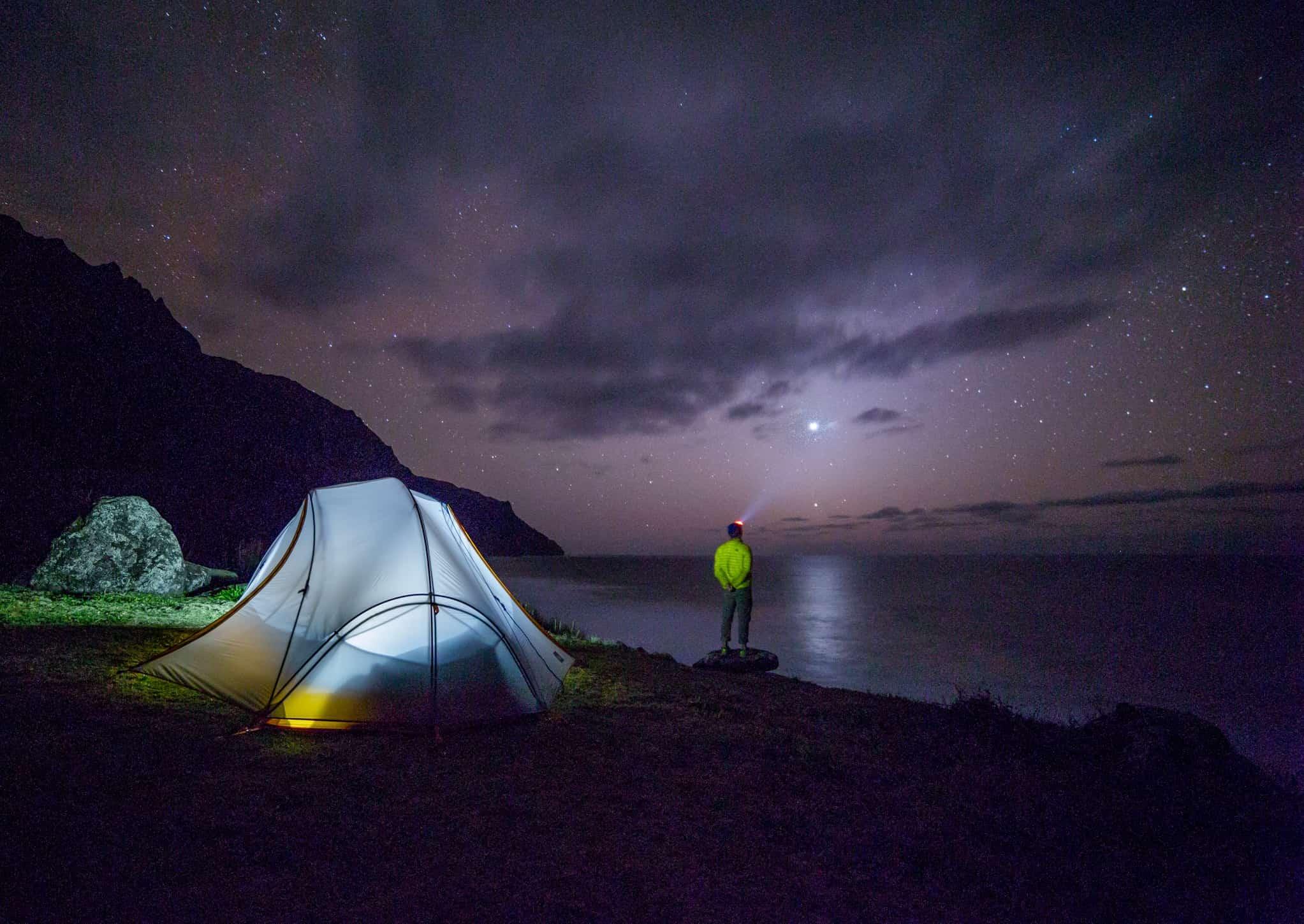 キャンプをして星を眺める男性