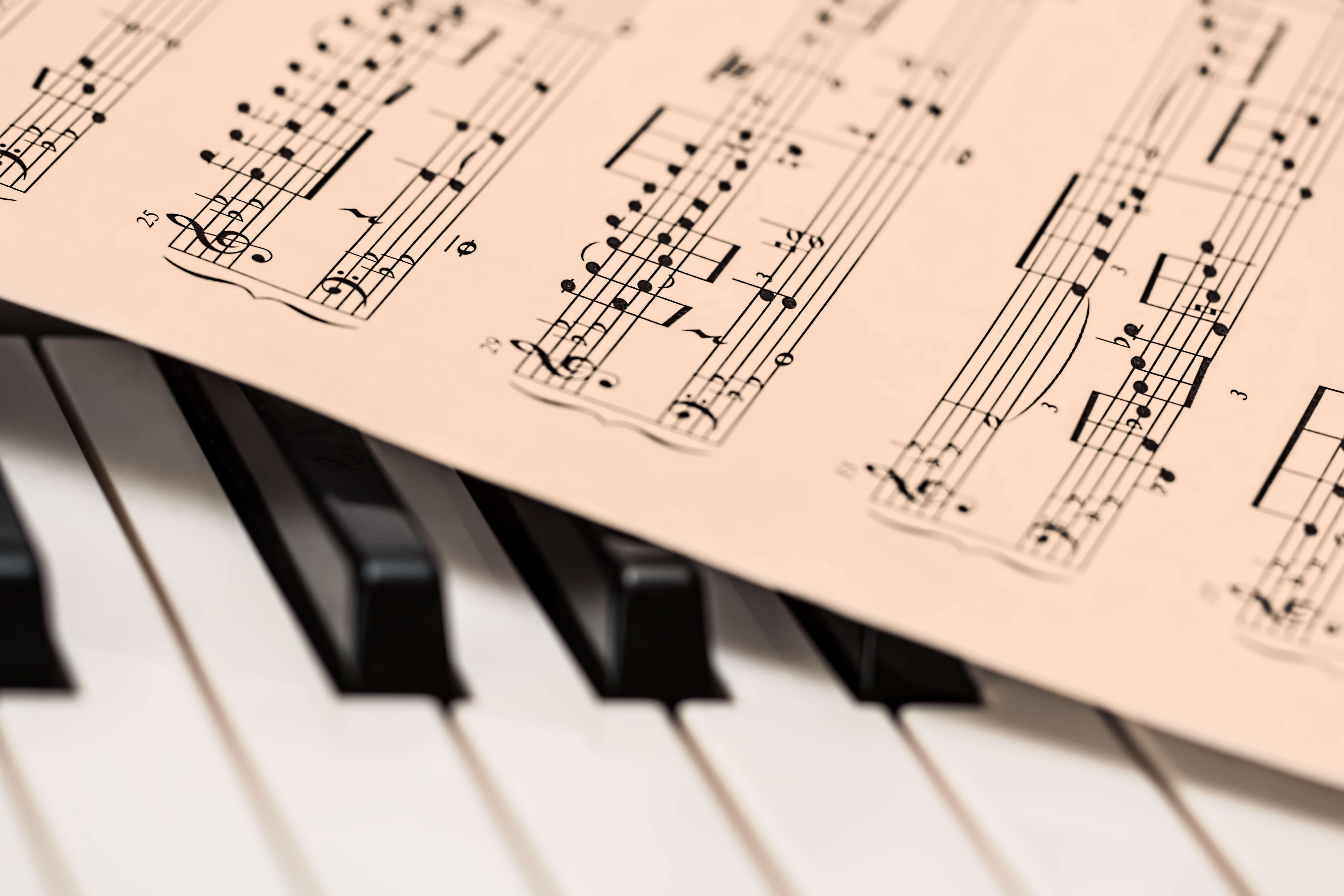 ピアノの上に置かれた楽譜