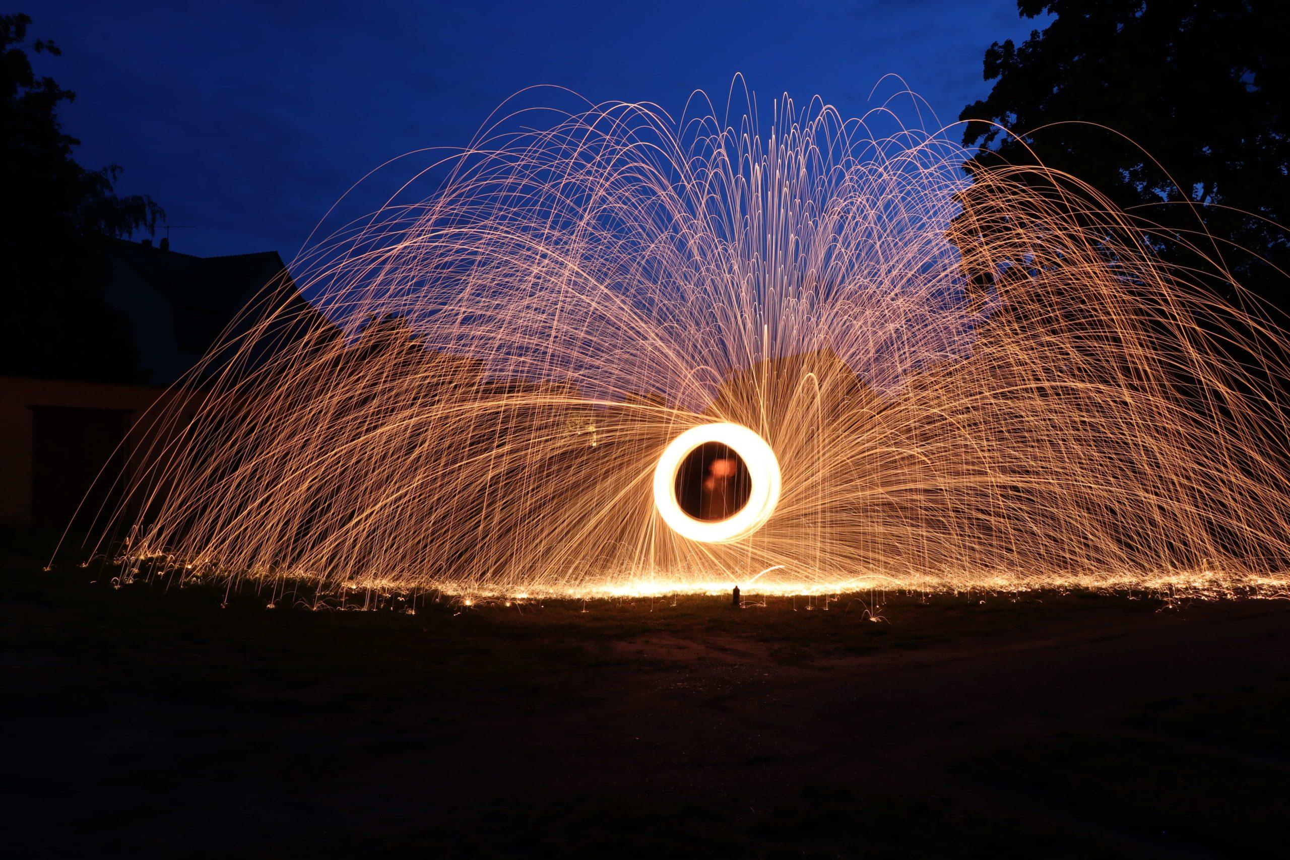 森のなかの球体と降り注ぐ炎の雨