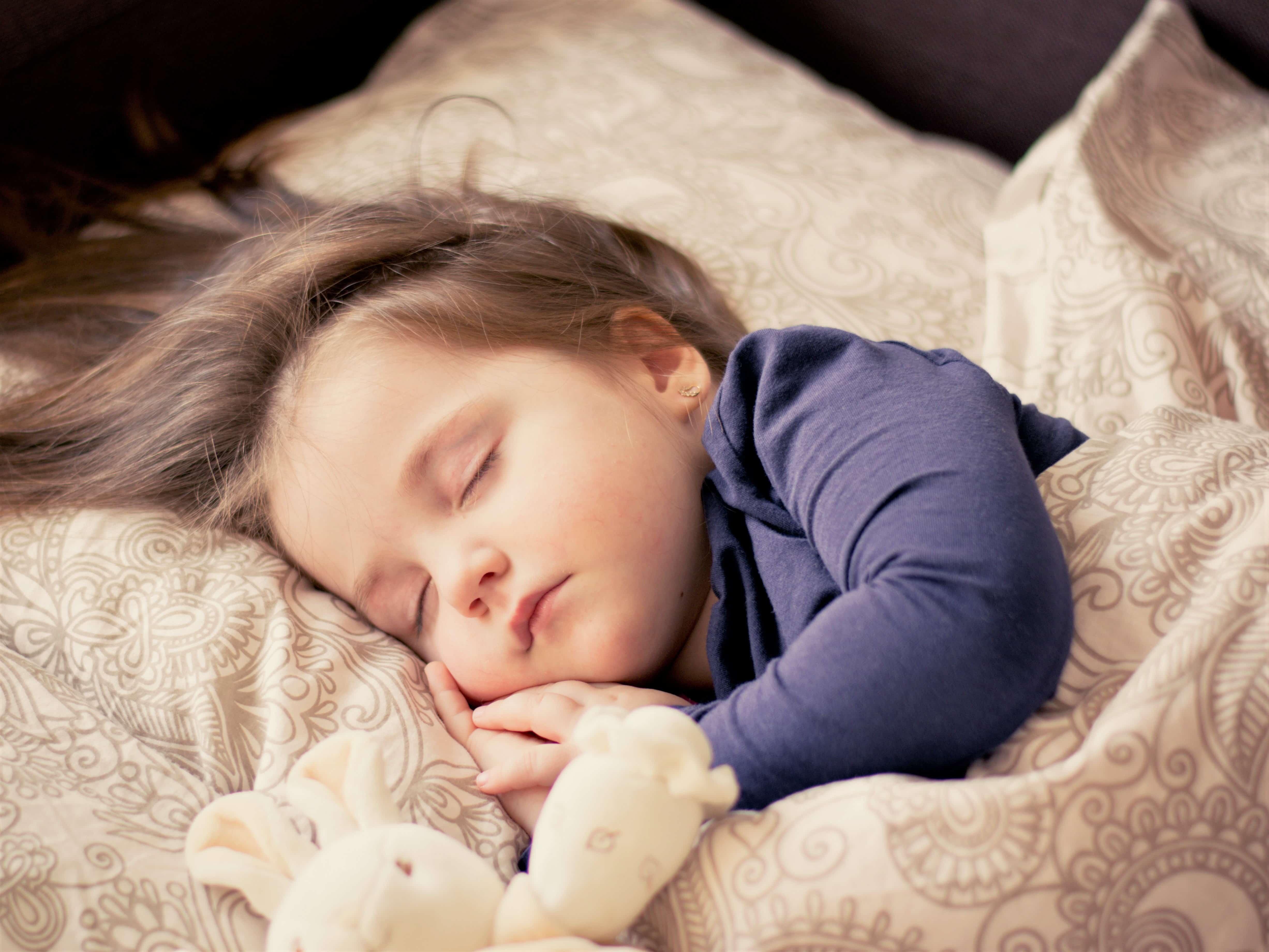 うさぎの人形と眠る女の子