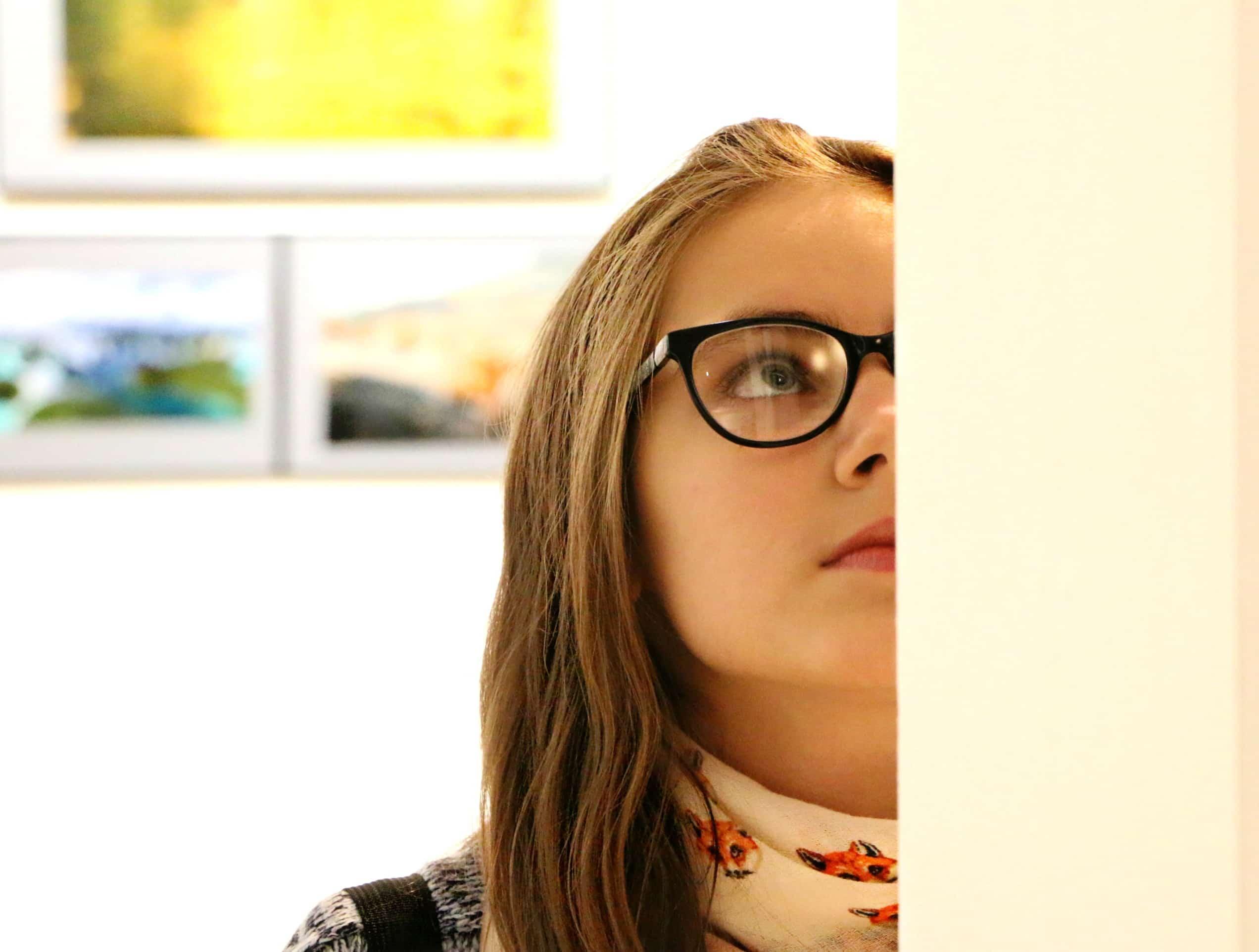 美術館で絵を観る女の子