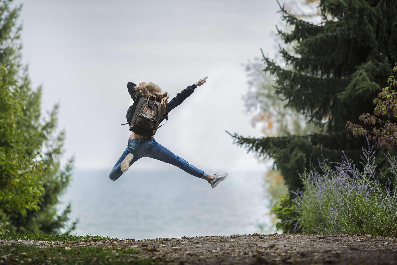 喜びでジャンプする女性