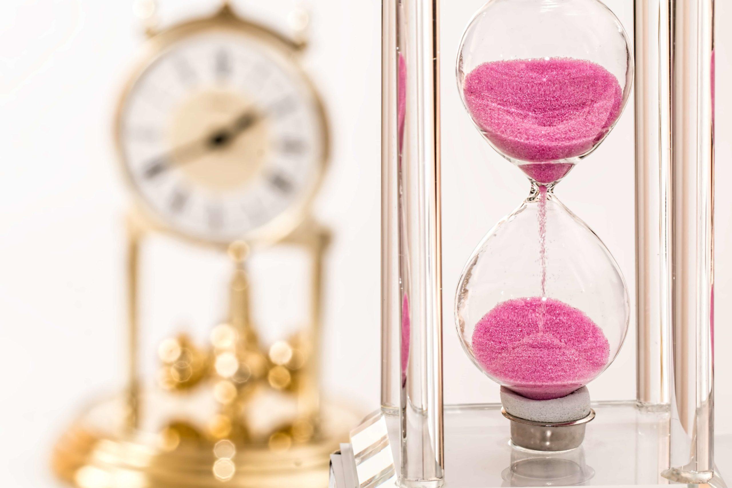 ピンクの砂時計と置き時計