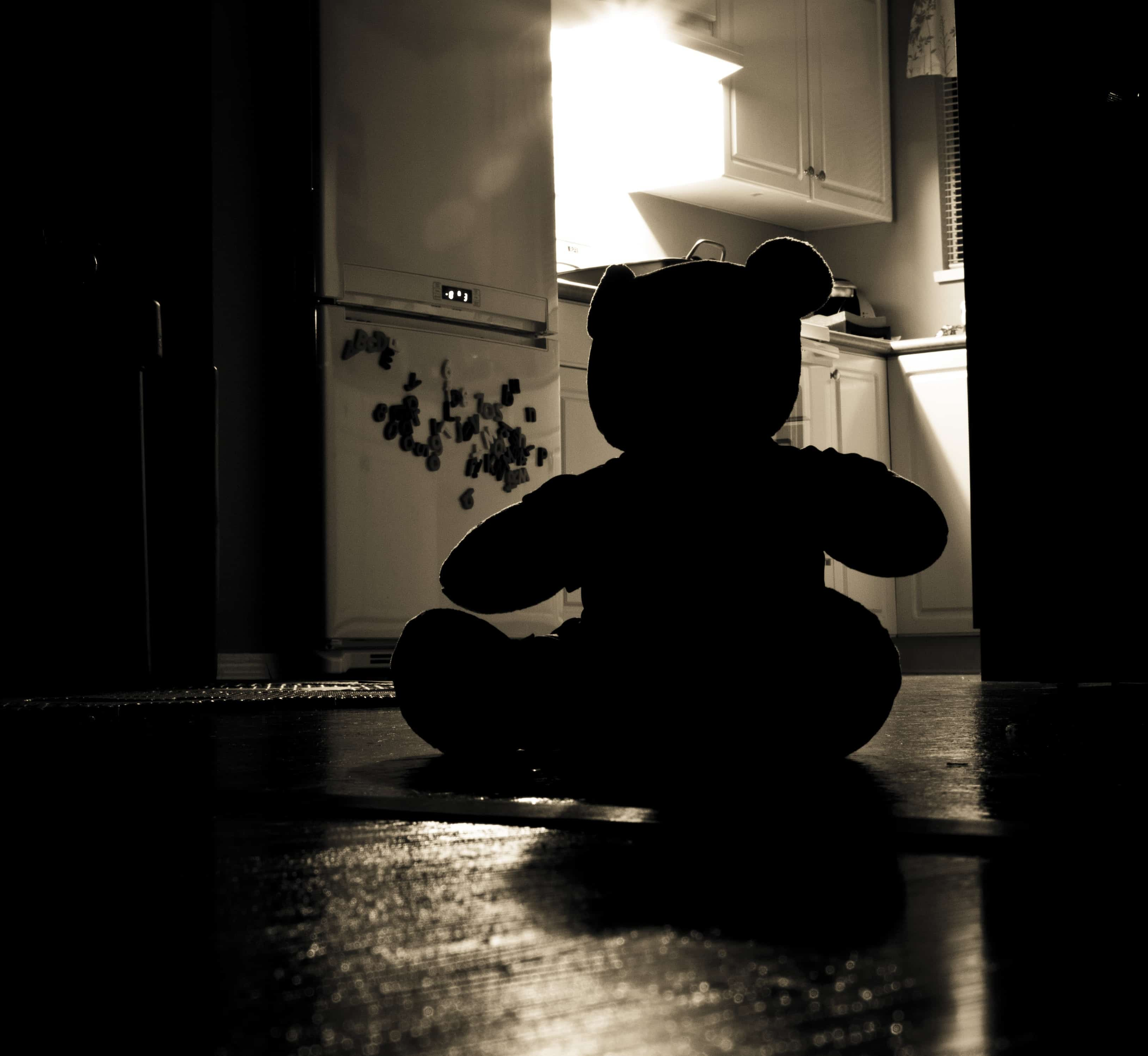 暗い部屋にいるテディベア
