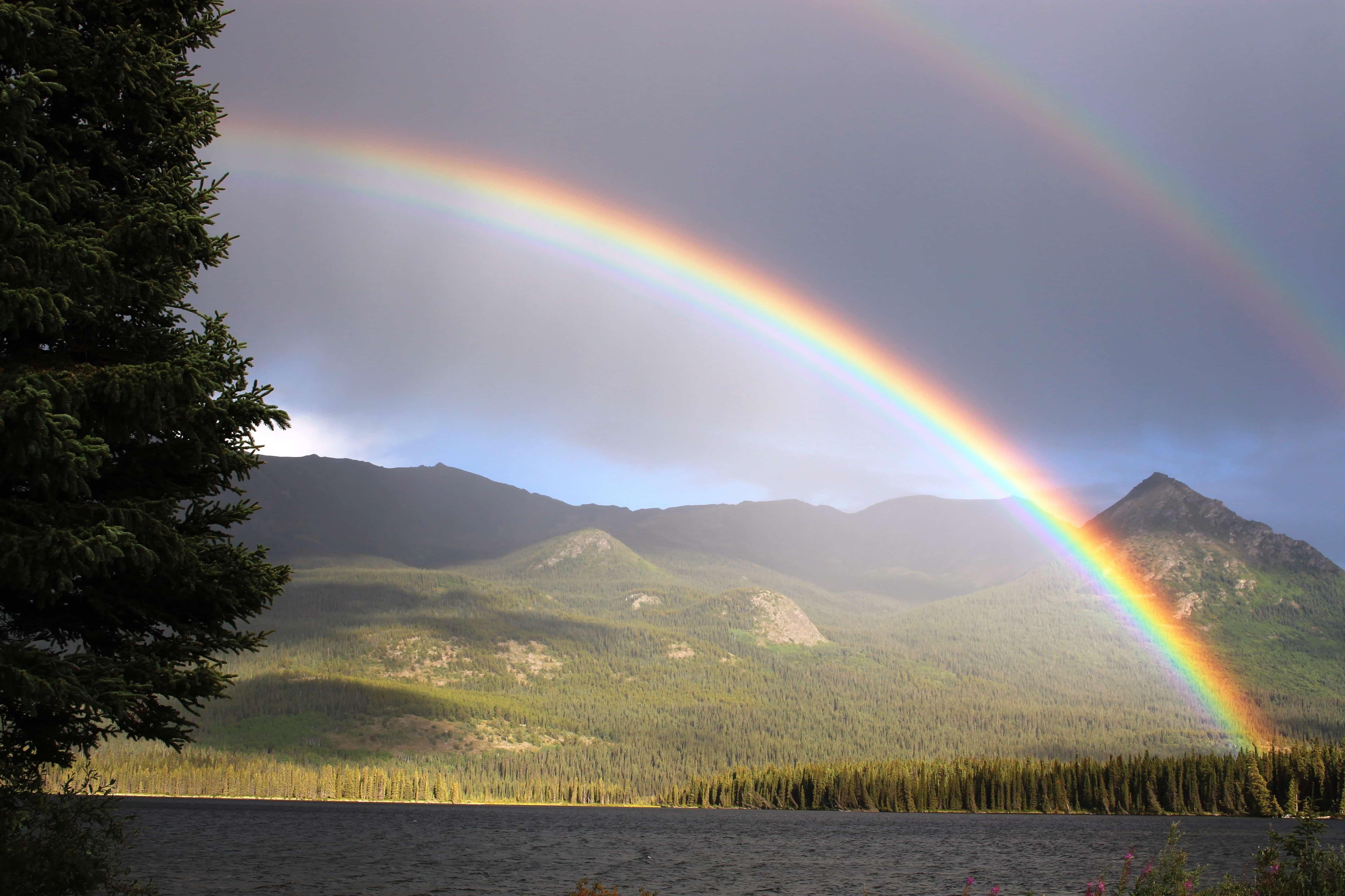 山に架かる二重の虹