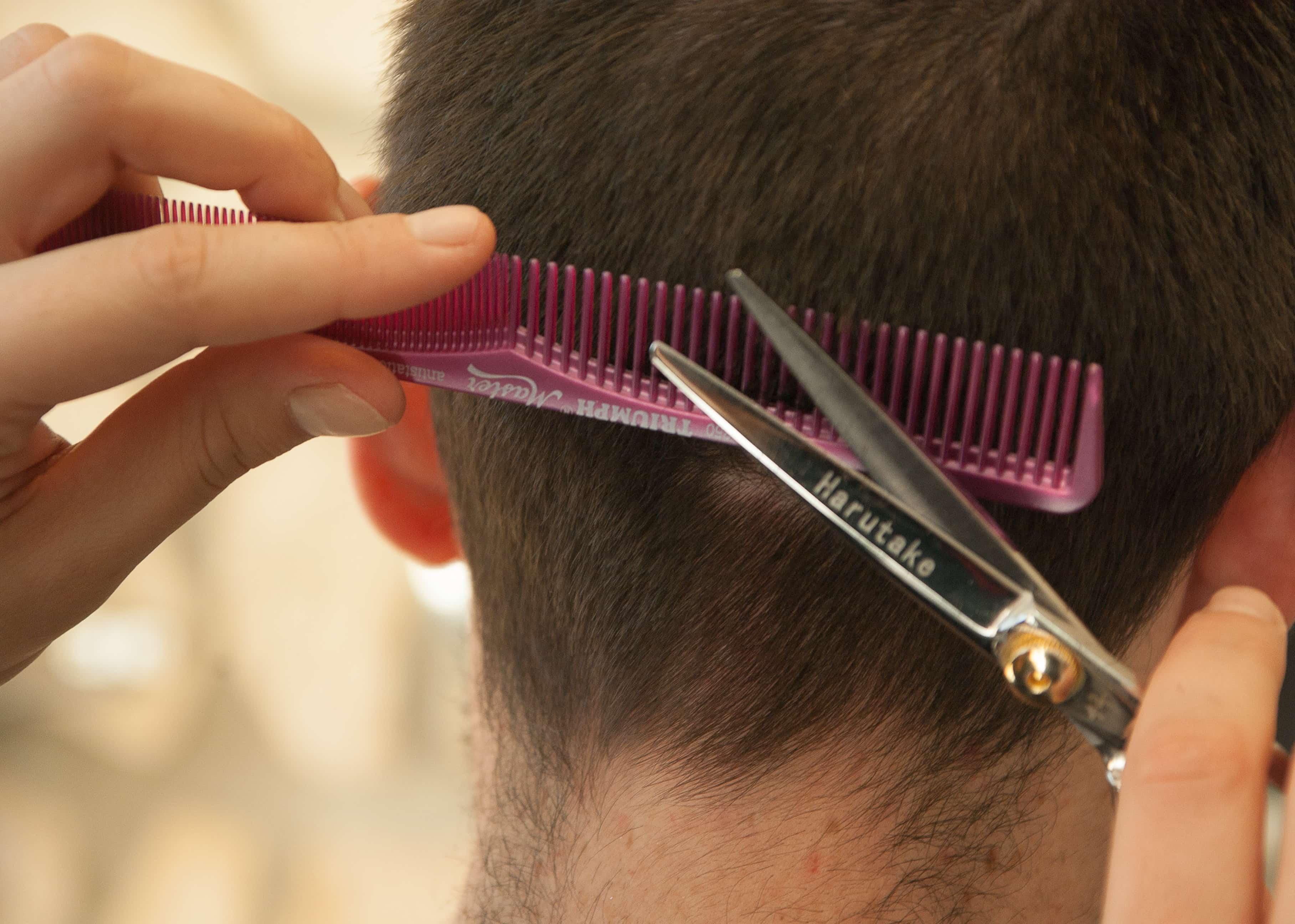 髪を切る光景