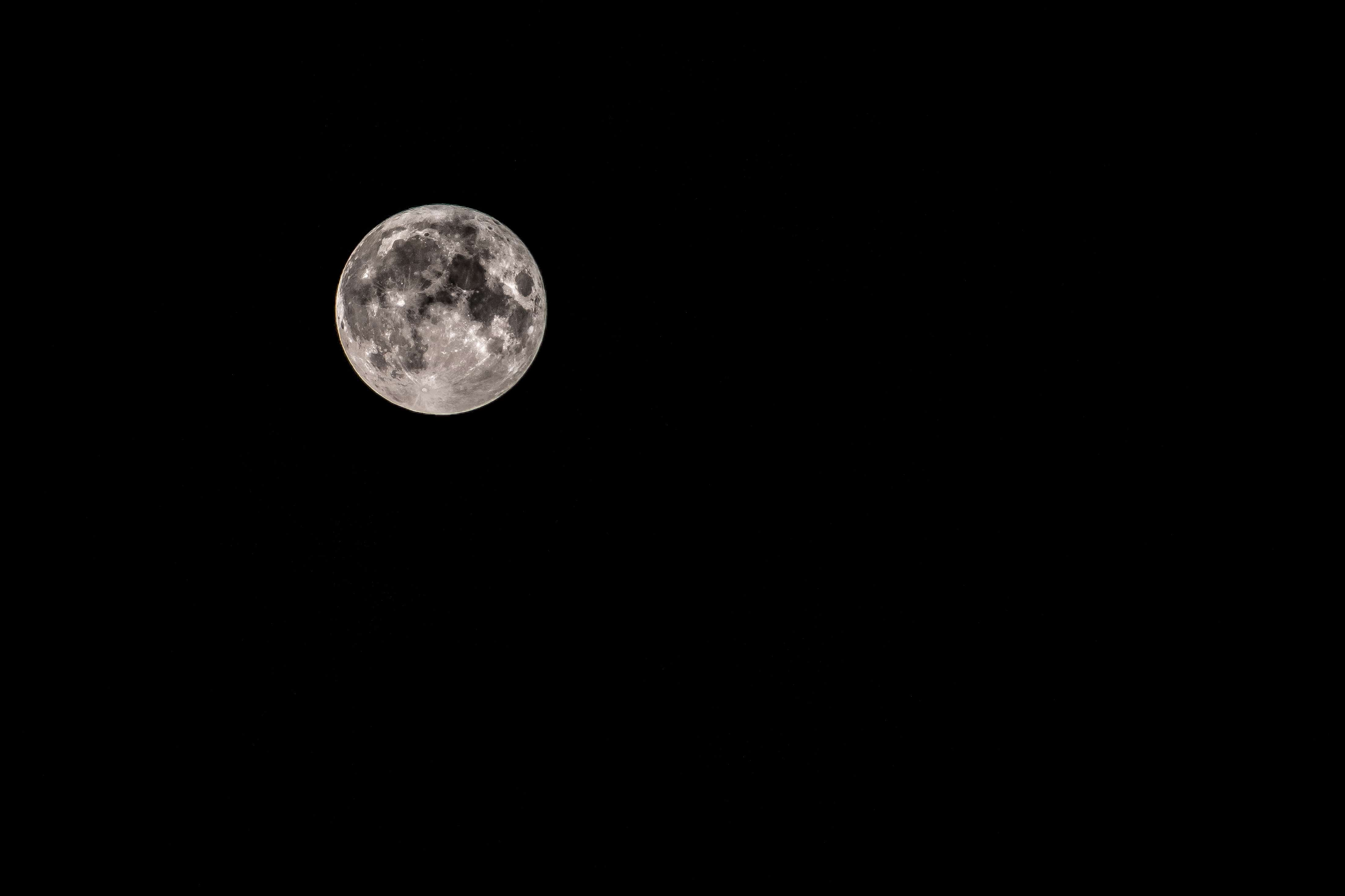 闇夜に浮かぶ月
