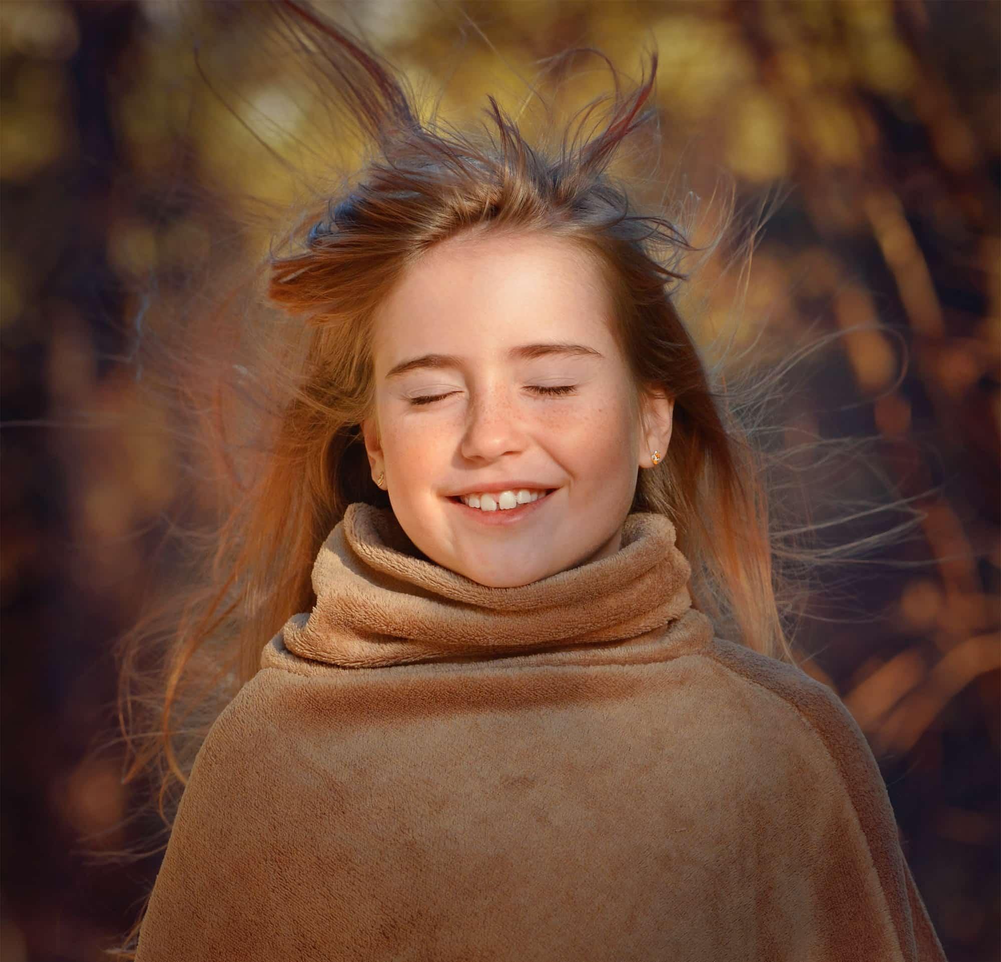風を感じている笑顔の女の子