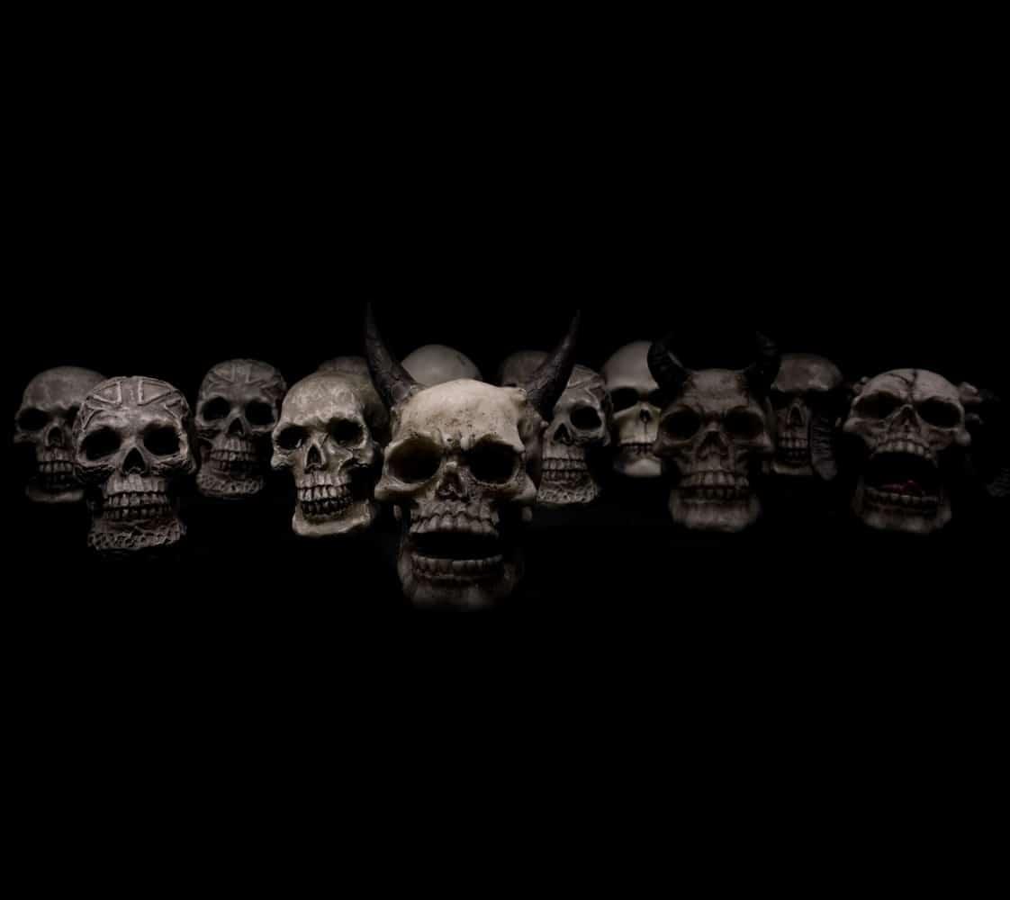 闇のなかで笑う骸骨たち