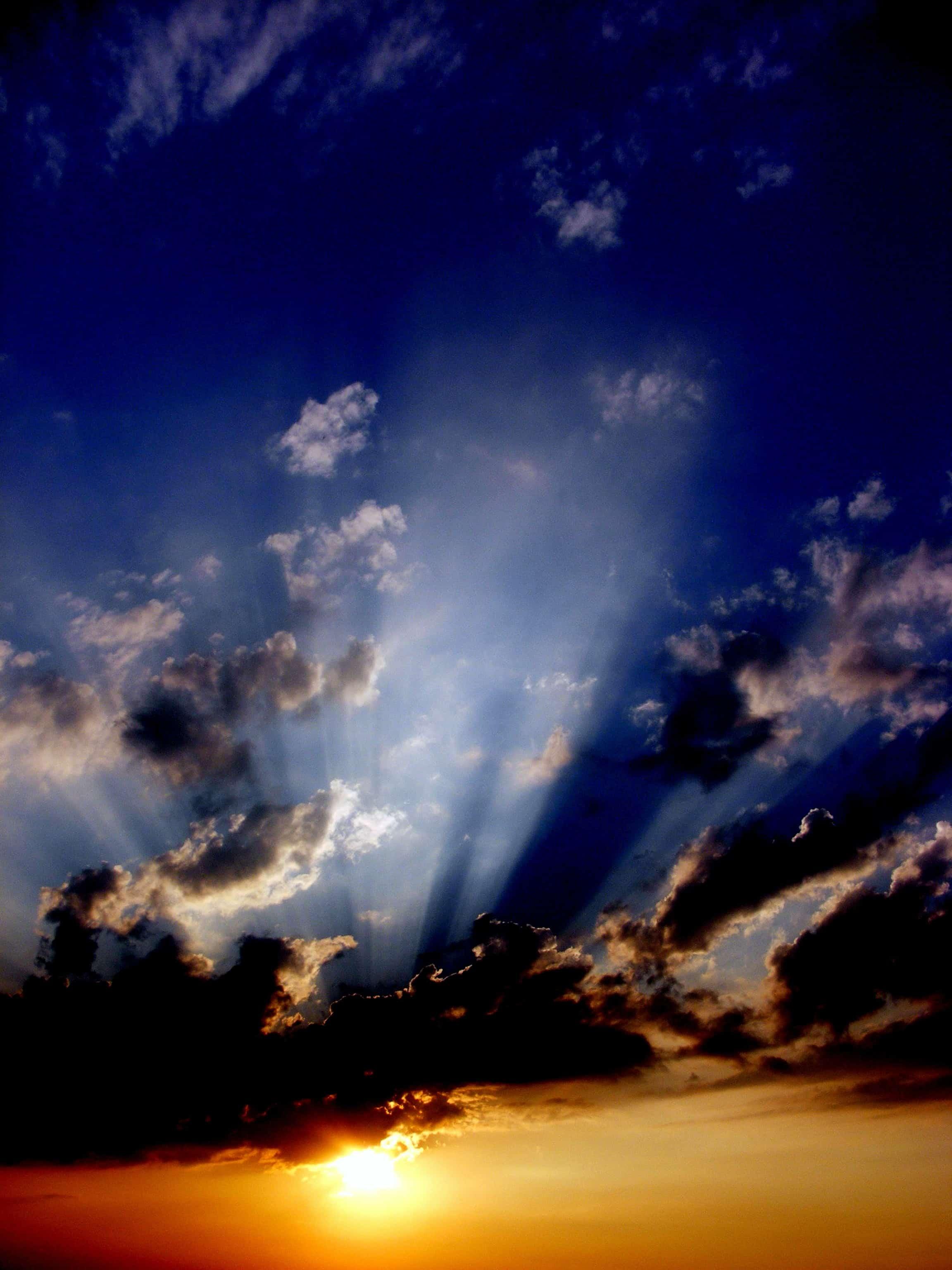 雲に射し込む日の光