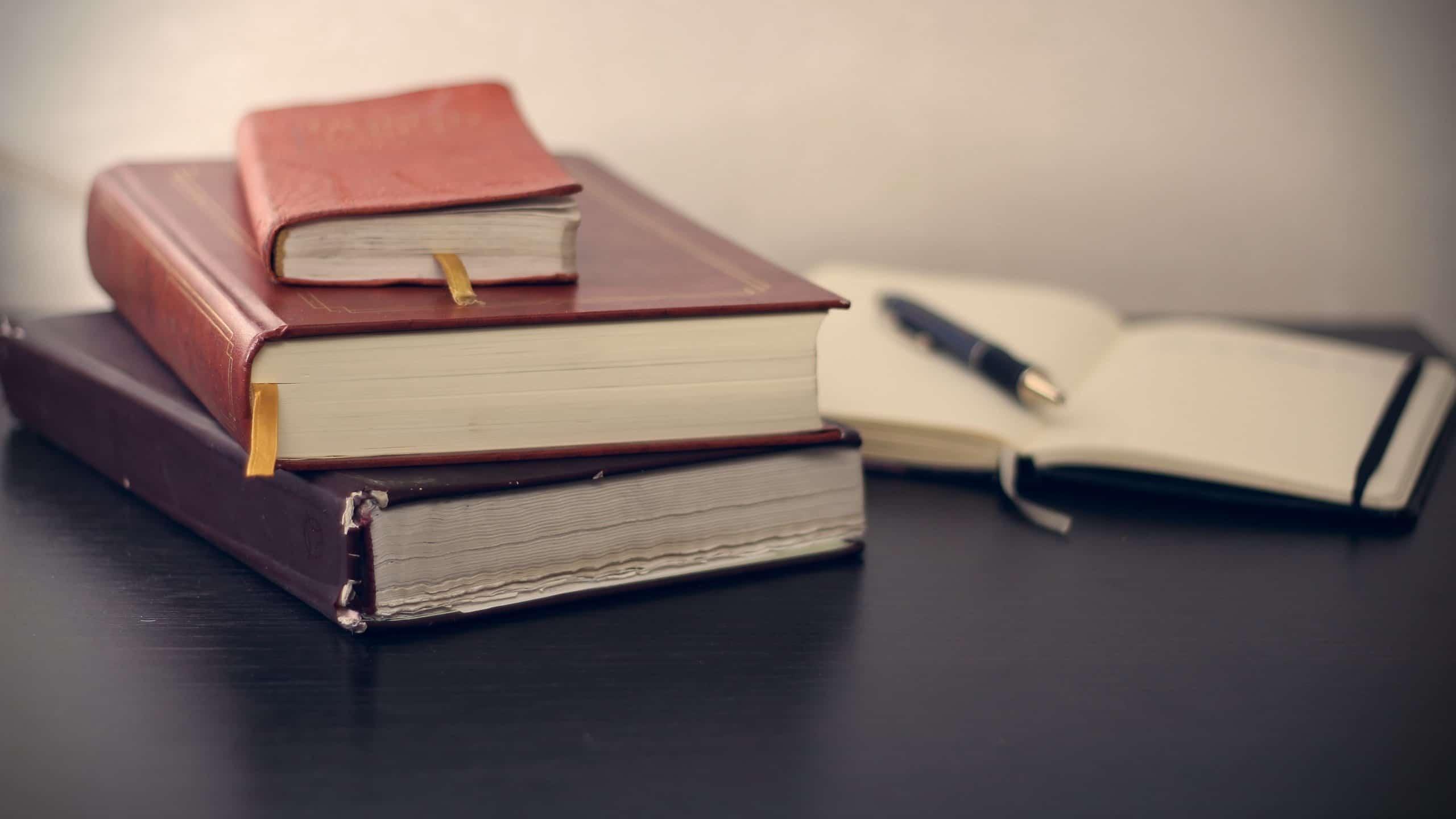 3冊の古い日記帳と新しい日記帳