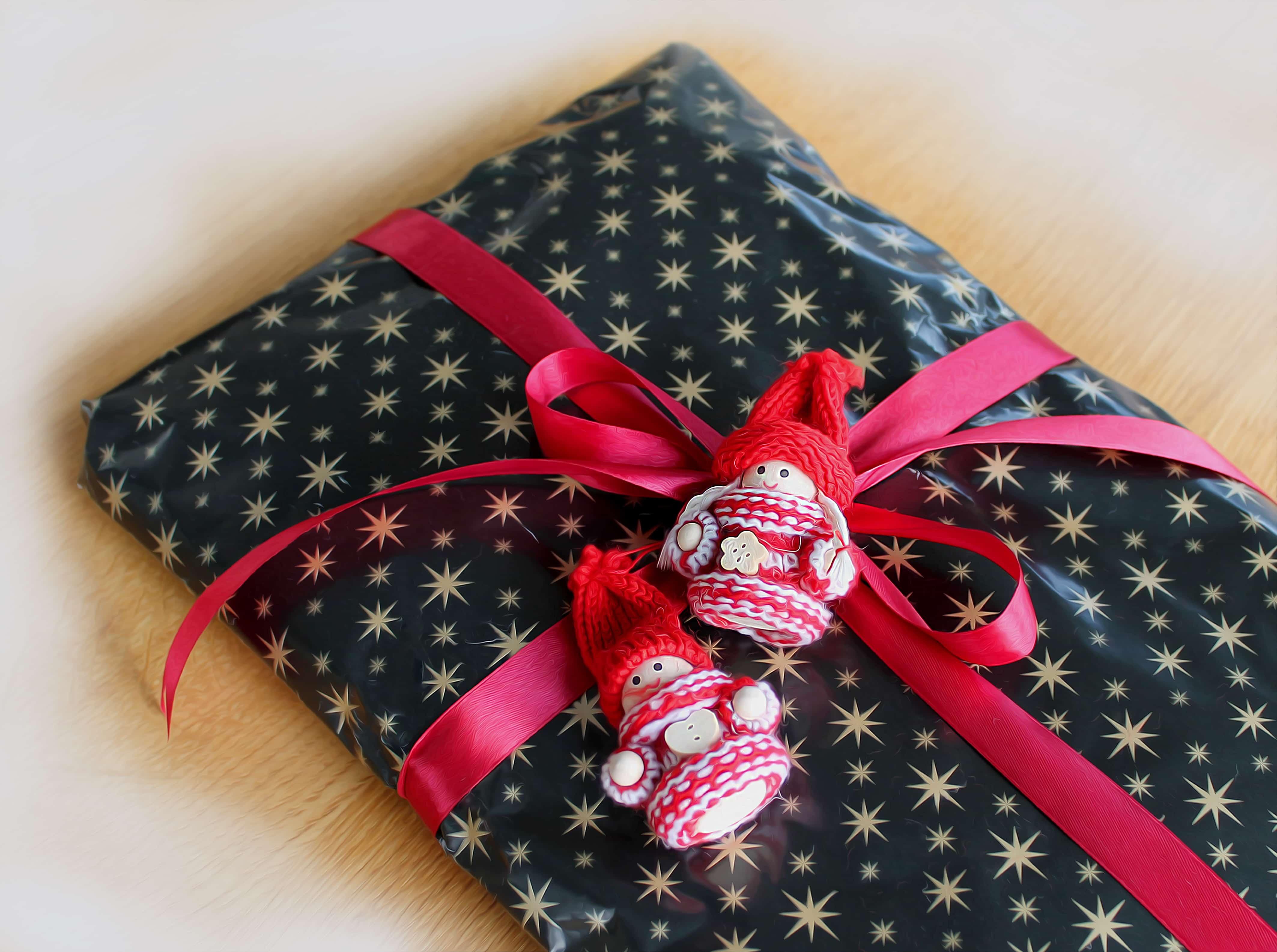 リボンで包まれた贈り物と2体の人形