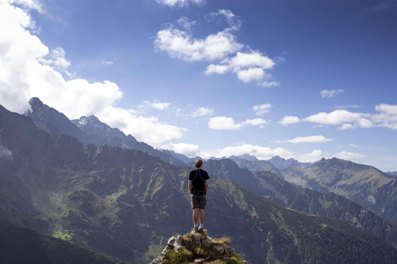 崖に独りで立つ男