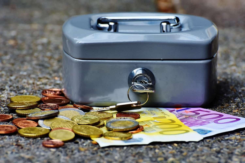 紙幣に硬貨、そして小型の金庫