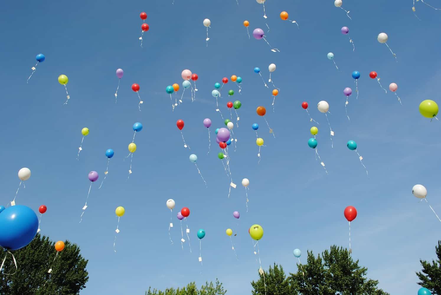 飛び上がる色とりどりの風船