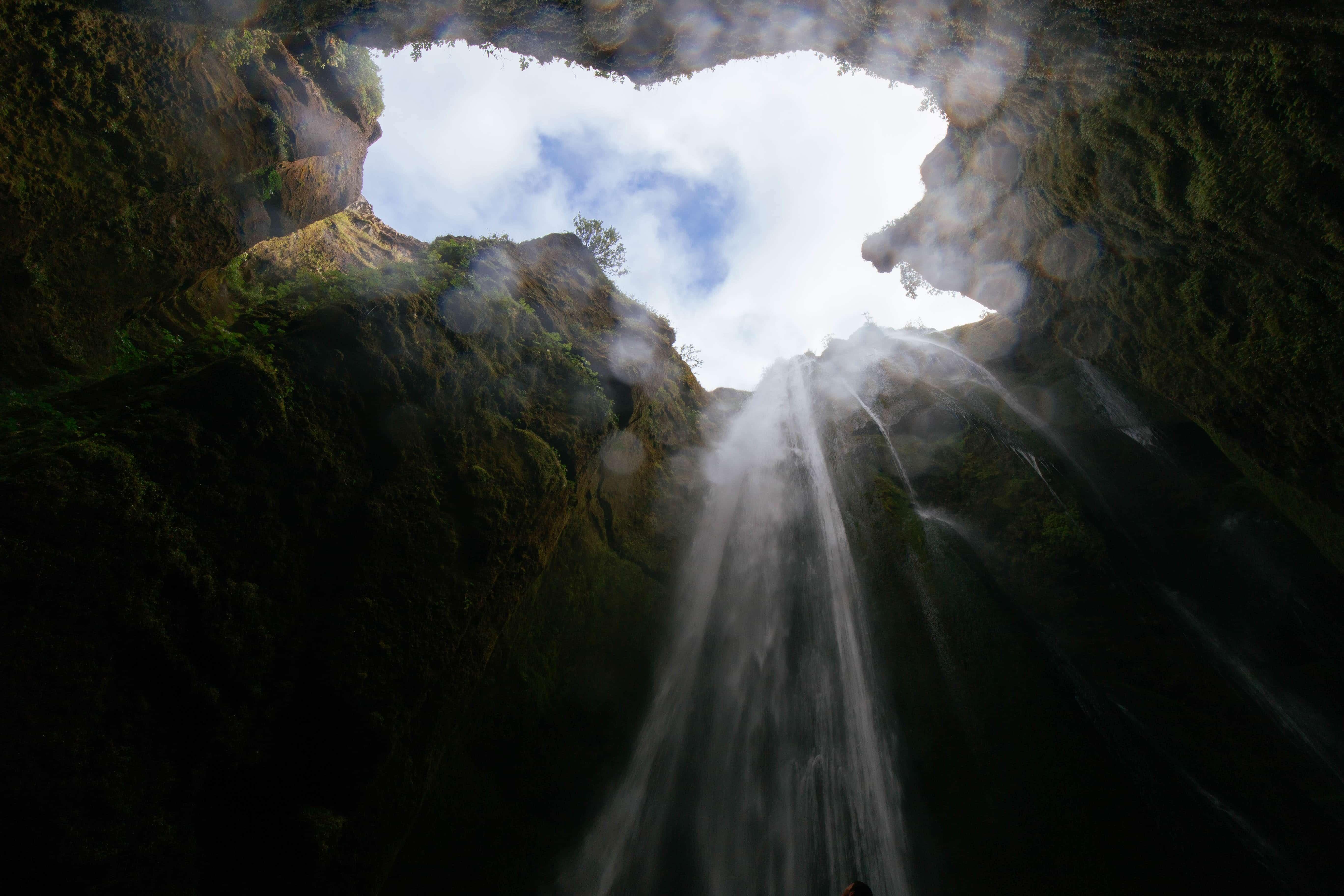 光降り注ぎ水が流れ込む谷