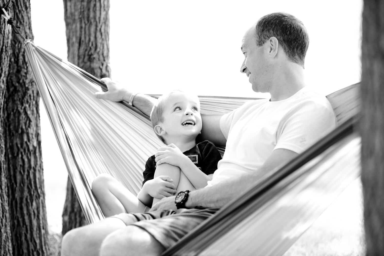 ハンモックのなかの父と息子
