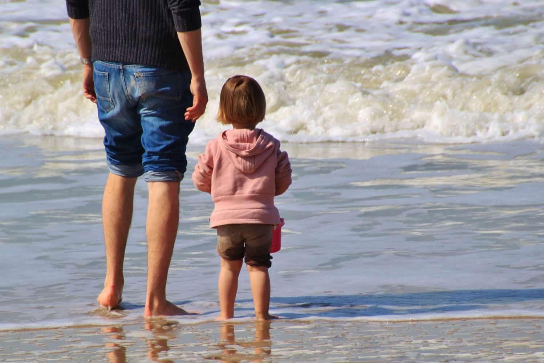 海を眺める女の子と親